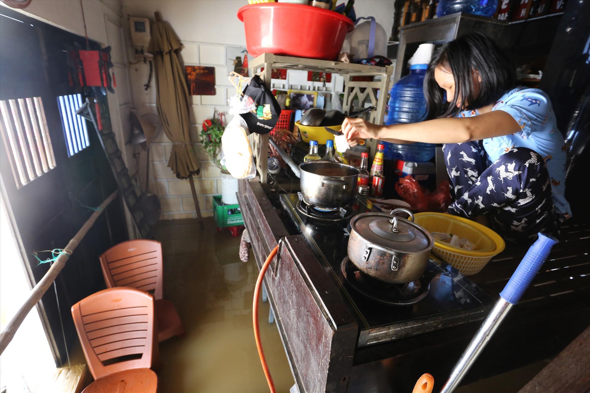Chị Hòa đang chuẩn bị ăn cho gia đình.
