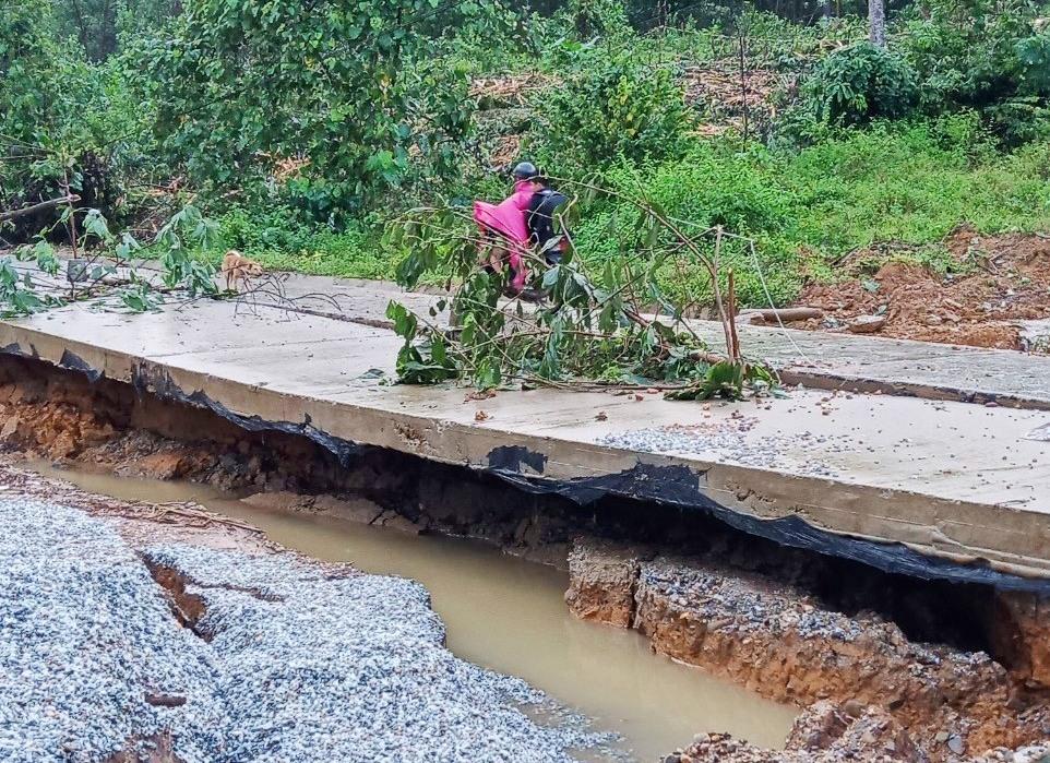 Vệt nứt này còn cắt ngan qua đường bê tông ĐH dẫn về trụ sở UBND xã Trà Giáp, gây sụt, lún đất, tạo hàm ếch, phá hỏng đoạn đường tại đây rất nguy hiểm.