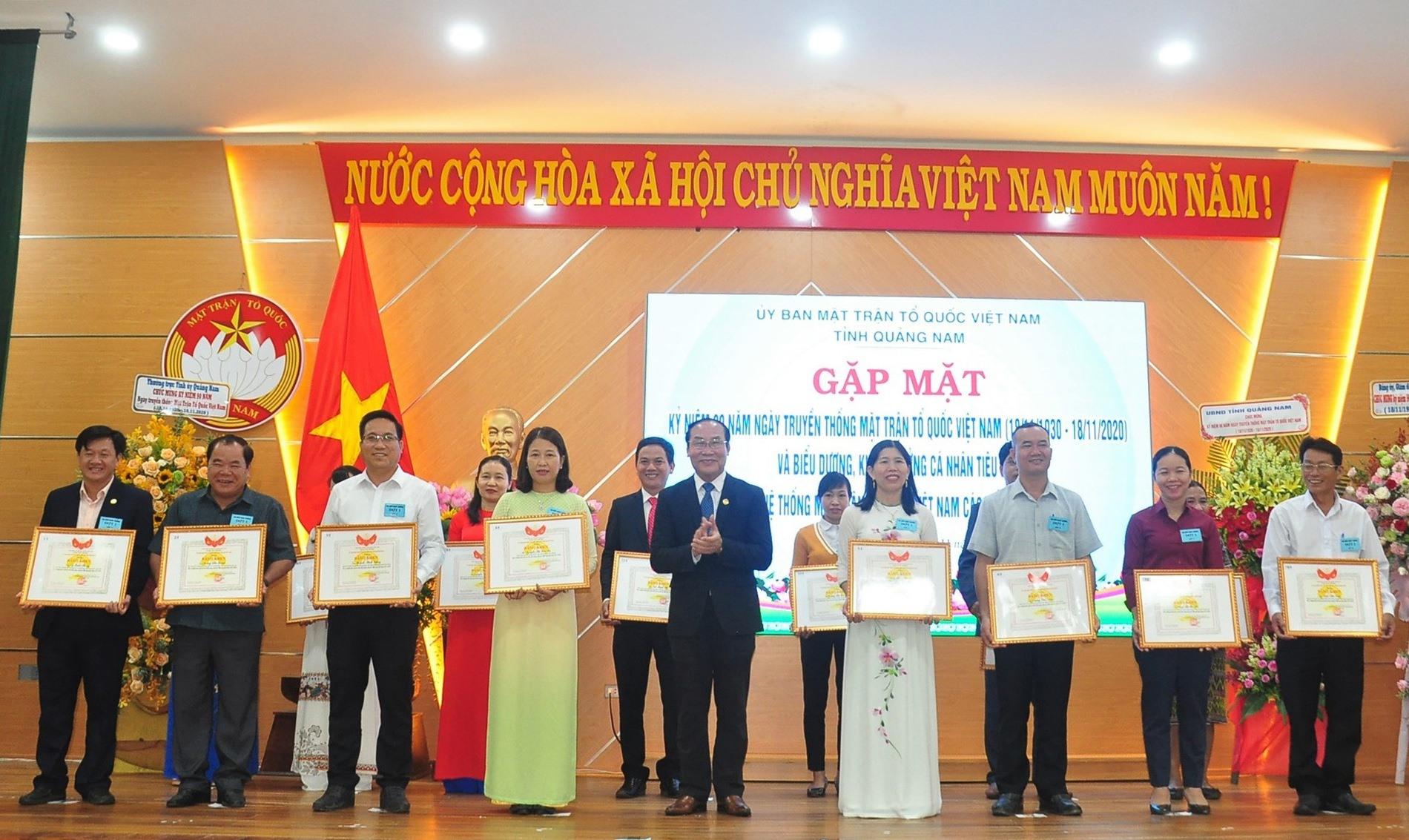 Ủy ban MTTQ Việt Nam biểu dương các cá nhân tiêu biểu có thành tích xuất sắc trong công tác Mặt trận giai đoạn 2015 - 2020. Ảnh: VINH ANH
