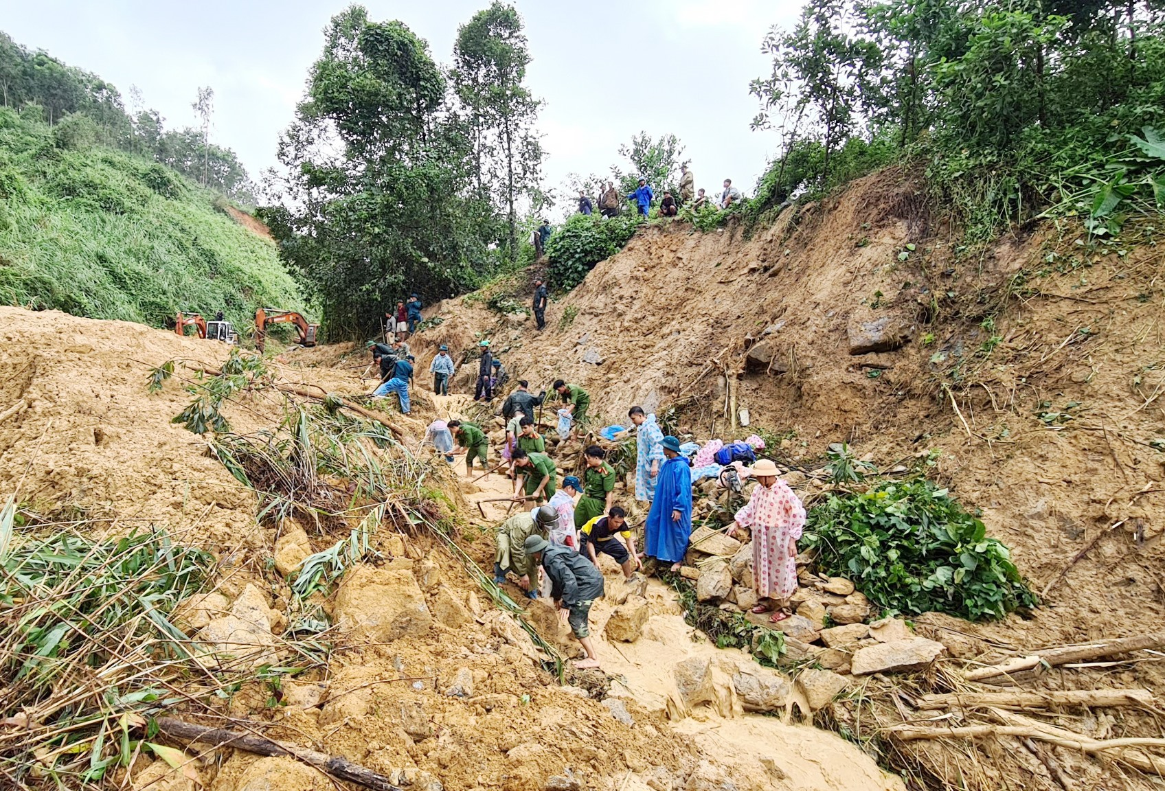 Các lực lượng tìm kiếm nạn nhân bị mất tích do sạt lở taluy dương QL40B qua xã Trà Tân (Bắc Trà My). Ảnh: C.T