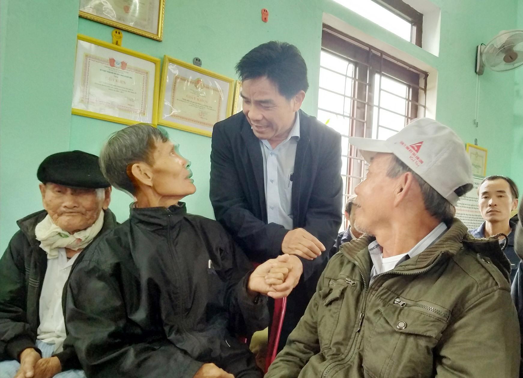 Phó Bí thư Thường trực Tỉnh ủy Lê Văn Dũng thăm hỏi bà con khu dân cư Trà Linh Tây (xã Hiệp Hòa, Hiệp Đức) khi về dự ngày hội đại đoàn kết. Ảnh: NGUYÊN ĐOAN