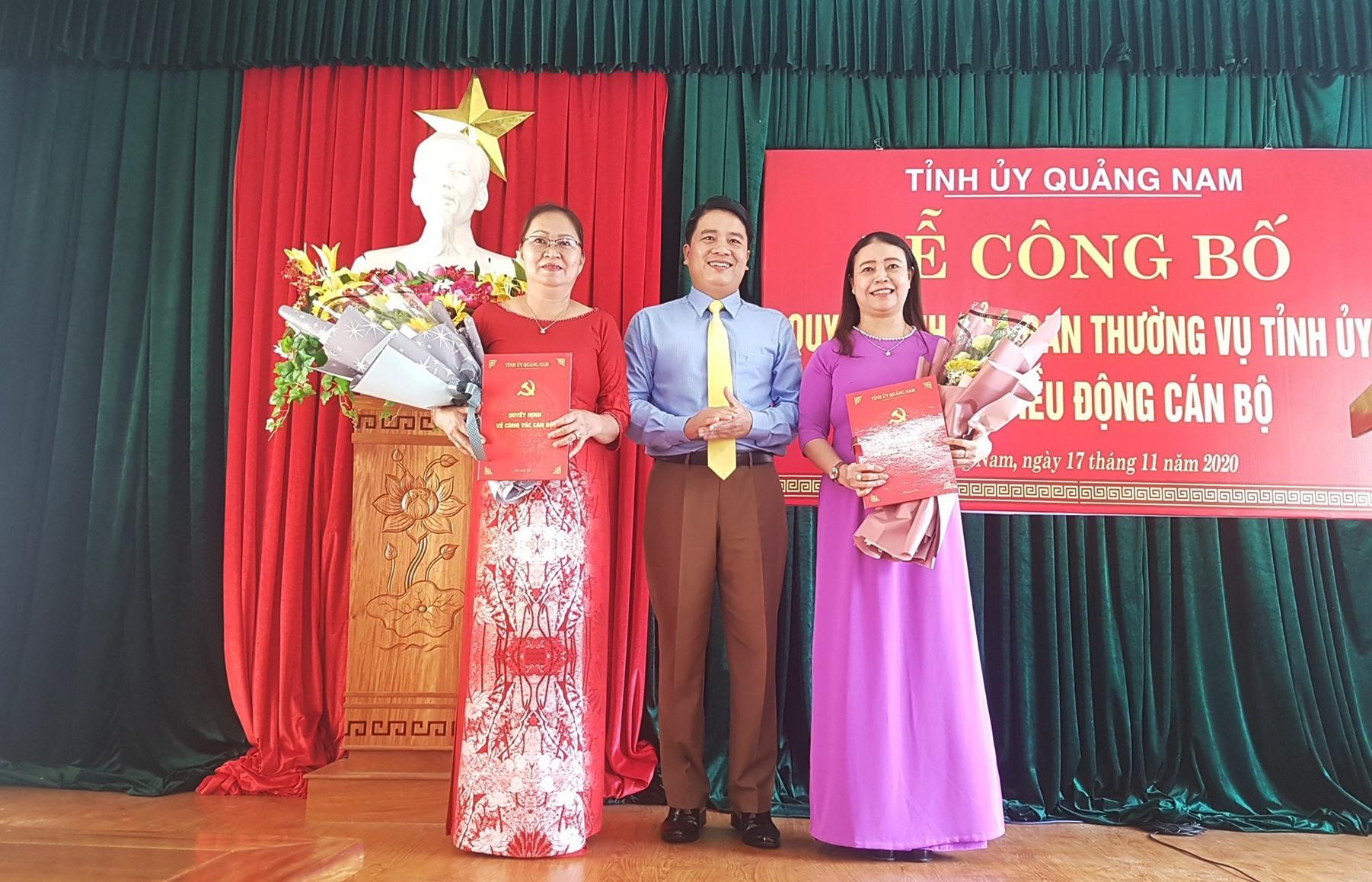 Đồng chí Trần Văn Tân trao quyết định điều động, bổ nhiệm cho 2 cán bộ nữ. Ảnh: D.L