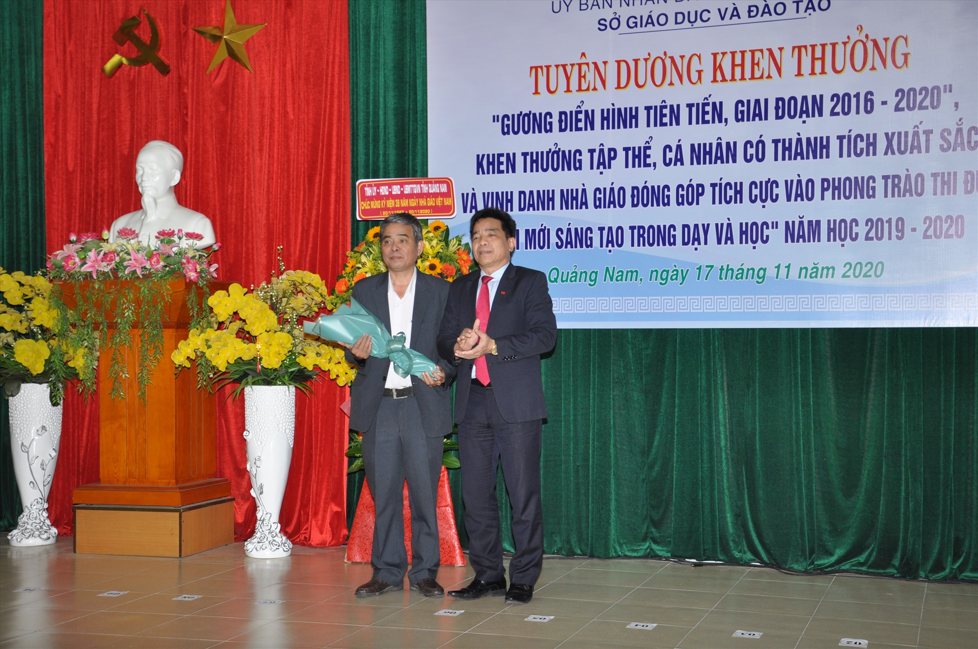 Phó Bí thư Thường trực Tỉnh ủy Lê Văn Dũng tặng hoa chúc mừng Trường THPT Chu Văn An (Đại Lộc) được đề nghị Thủ tướng Chính phủ tặng cờ thi đua. Ảnh: X.P