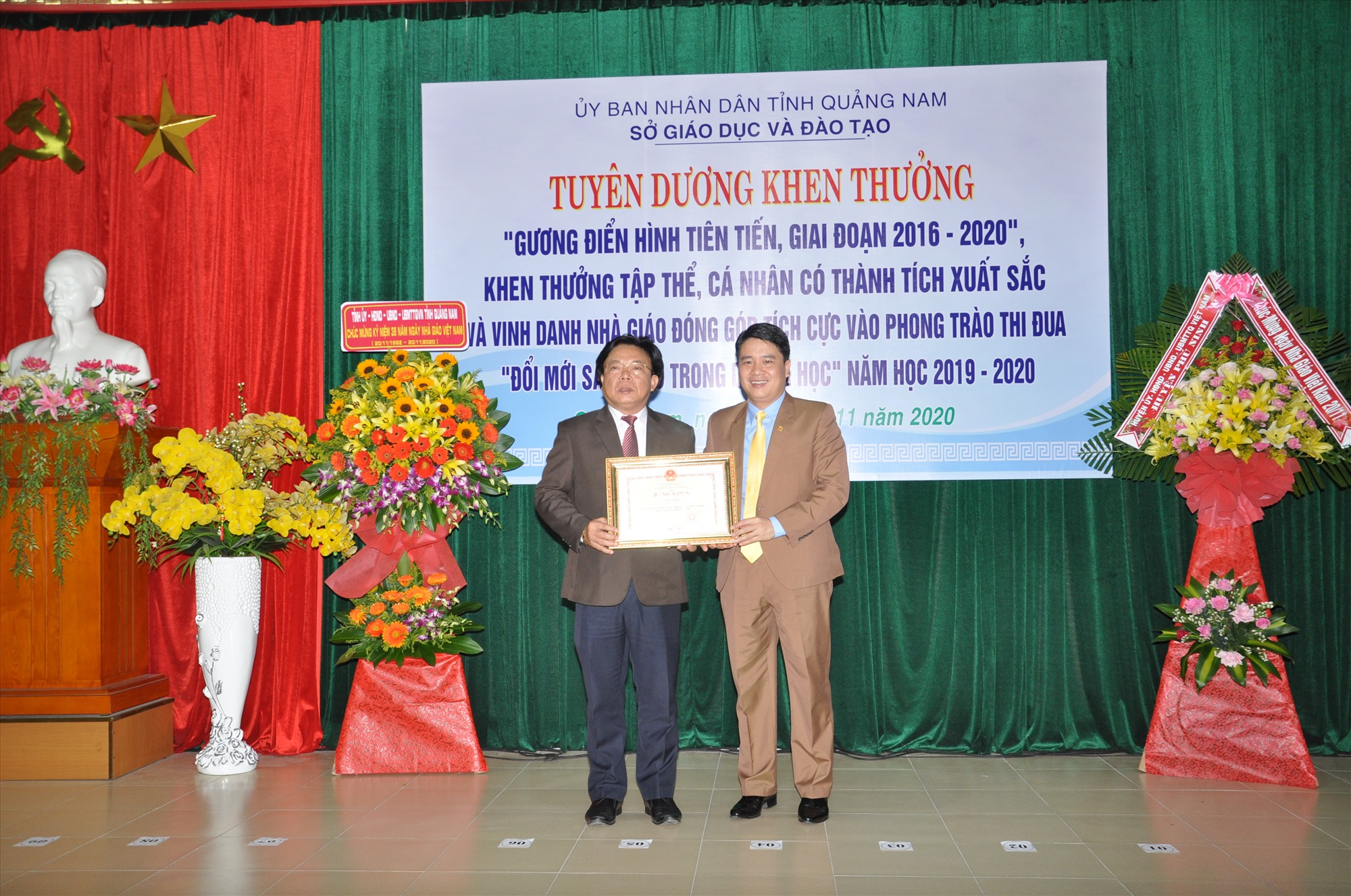 Giám đốc Sở GD-ĐT Hà Thanh Quốc nhận bằng khen của Bộ GD-ĐT do Phó Chủ tịch UBND tỉnh Trần Văn Tân trao. Ảnh: X.P