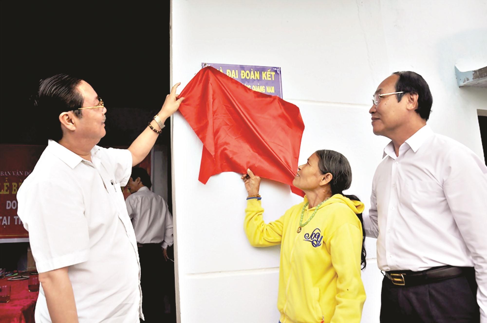 Ủy ban MTTQ Việt Nam tỉnh bàn giao nhà đại đoàn kết cho hộ nghèo. Ảnh: VINH ANH