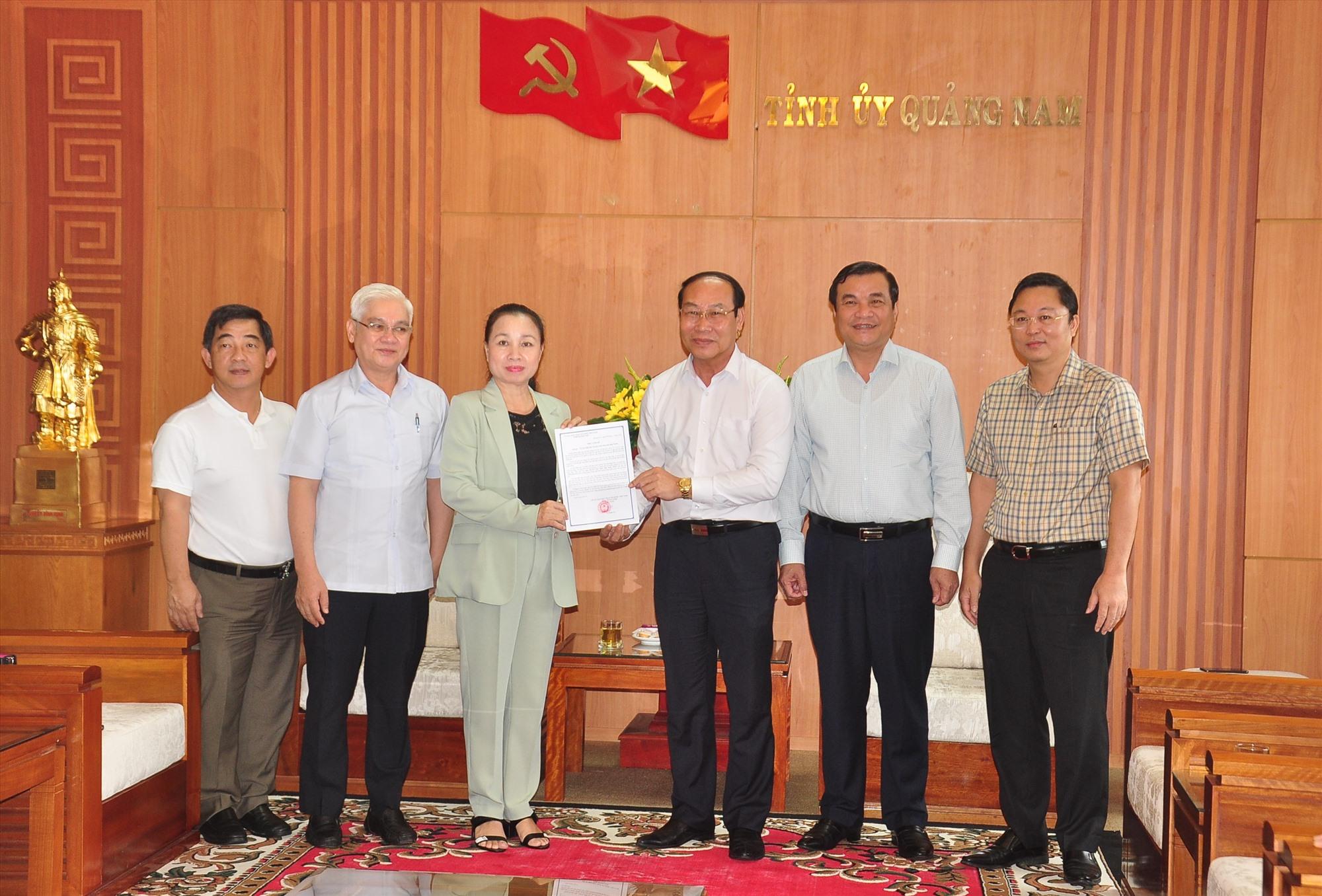 Chủ tịch Ủy ban MTTQ Việt Nam tỉnh Võ Xuân Ca trao Thư cảm ơn cho các đoàn cứu trợ khắc phục thiệt hại bão lũ. Ảnh: VINH ANH