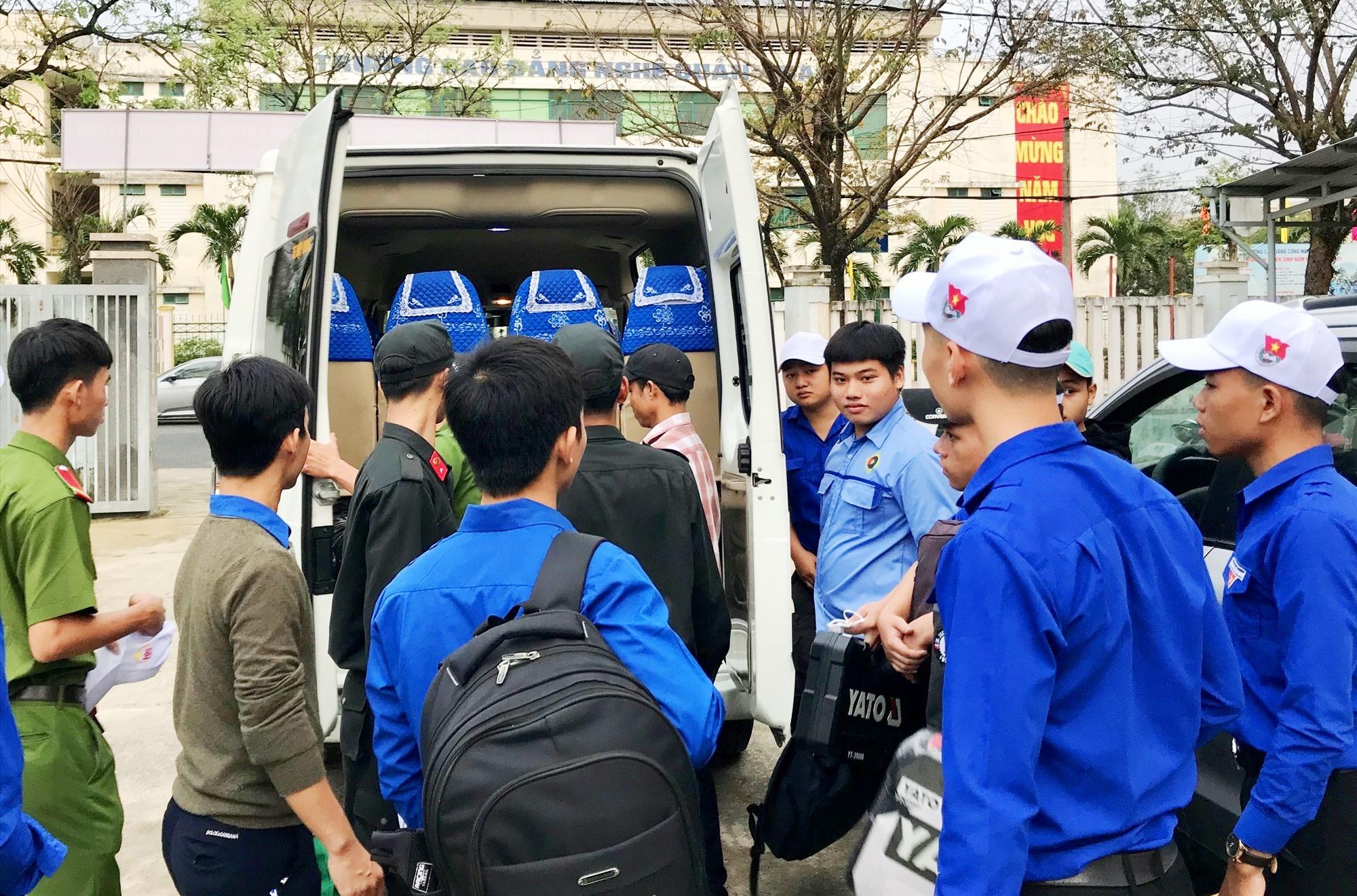Thanh niên tình nguyện lên đường giúp đỡ nhân dân vùng chịu thiệt hại đó bão lũ. Ảnh: VINH ANH