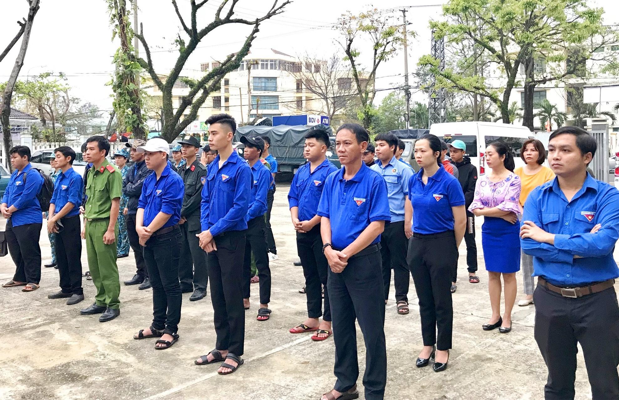 Lực lượng thanh niên tình nguyện tham gia Lê xuất quân chương trình. Ảnh: VINH ANH