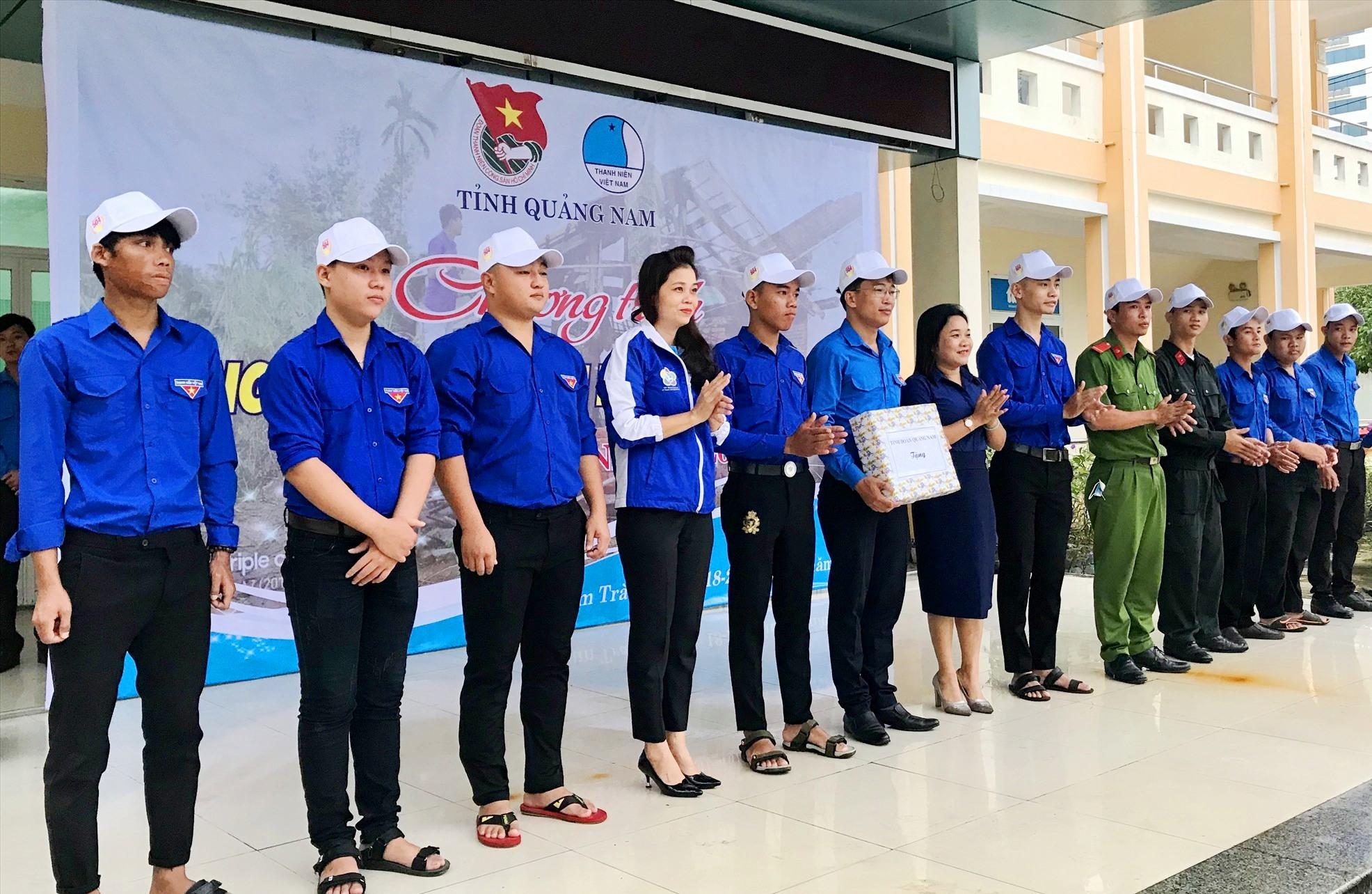 Các đồng chí lãnh đạo tặng quà động viên đoàn tình nguyện. Ảnh: VINH ANh