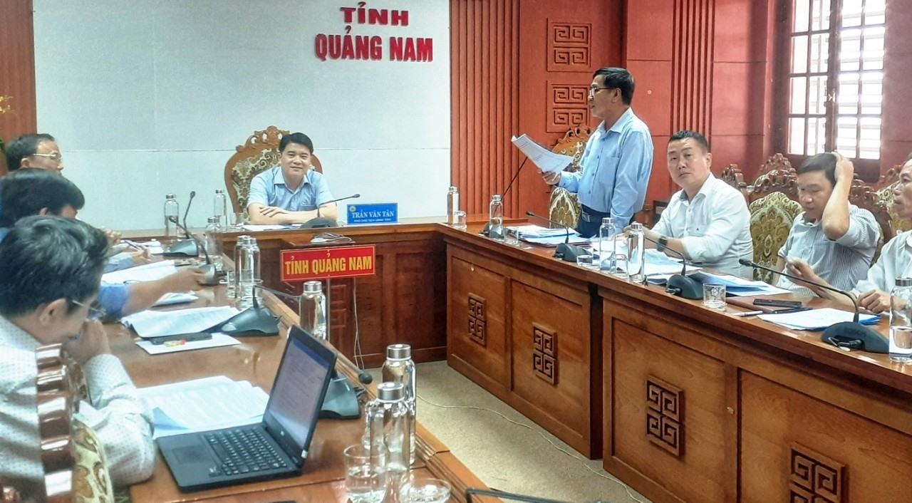 Phó Chủ tịch UBND tỉnh Trần Văn Tân chủ trì buổi làm việc cùng Sở Y tế vào sáng 18.11. Ảnh: L.Q