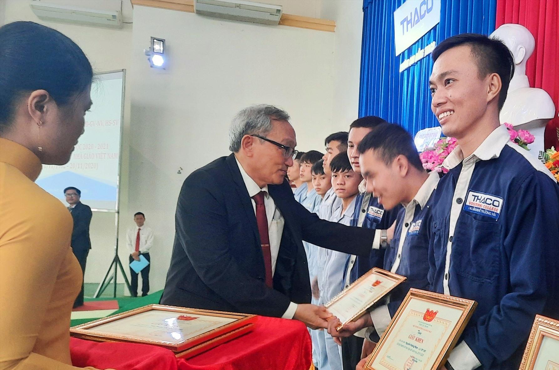Lãnh đạo nhà trường khen thưởng các học sinh - sinh viên học tập tốt. Ảnh: Đ.ĐẠO