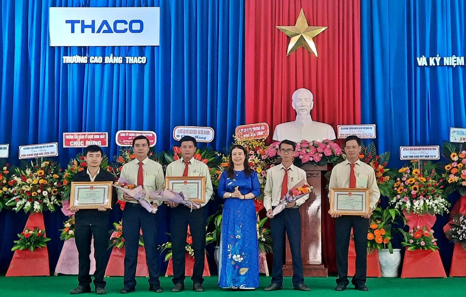 Tập thể, cá nhân Trường Cao đẳng Thaco đón nhận bằng khen của UBND tỉnh vì có thành tích xuất sắc trong các phong trào thi đua. Ảnh: Đ.ĐẠO