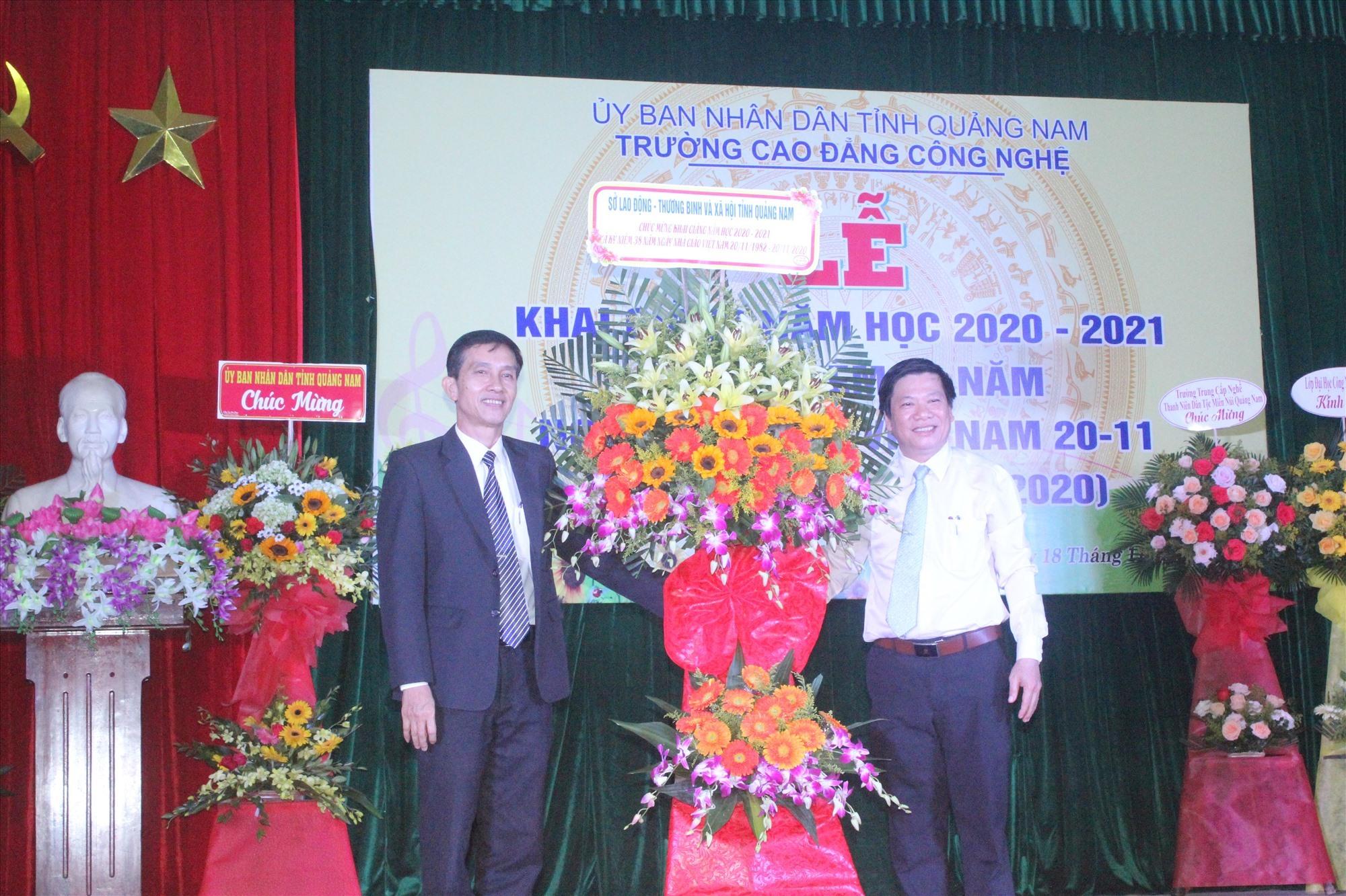 Lãnh đạo Sở LĐ-TB&XH tỉnh tặng hoa chúc mừng năm học mới cũng như Ngày Nhà giáo Việt Nam đối với tập thể nhà trường. Ảnh: D.L