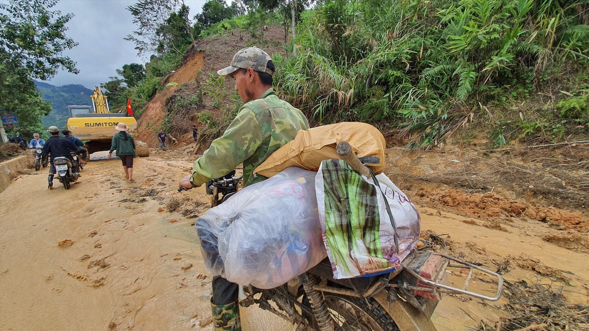 Người dân Phước Thành đã có thể sử dụng xe máy để vận chuyển hàng hóa cứu trợ về xã, chấm dứt cảnh cắt rừng gùi cõng suốt ba tuần qua. Ảnh: T.C
