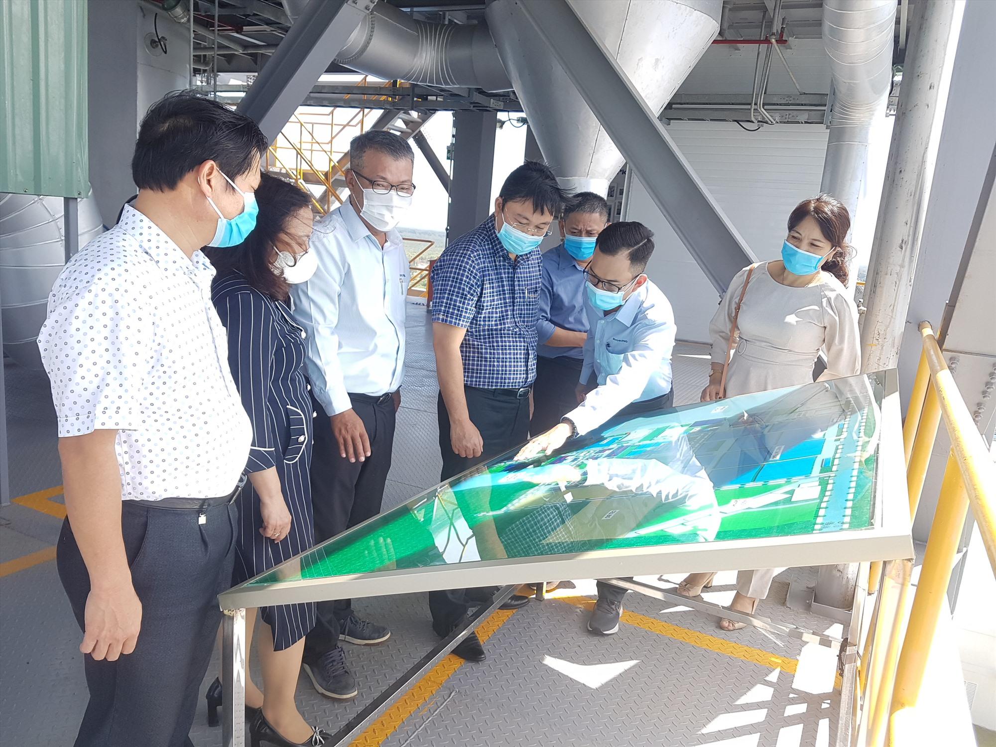 Lãnh đạo tỉnh cùng đoàn công tác thăm, động viên doanh nghiệp ở Khu công nghiệp Tam Thăng trong bối cảnh dịch bệnh khiến doanh nghiệp khó khăn. Ảnh: D.LỆ