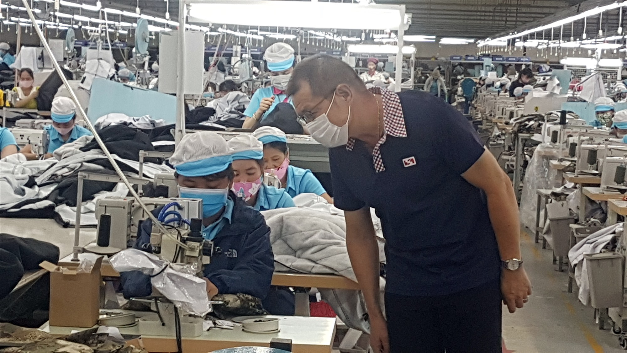 Ông Chou Kuo I - Tổng Giám đốc Công ty Vast Apparel Việt Nam (Phú Ninh) kiểm tra hoạt động sản xuất của công nhân trong thời điểm dịch bệnh Covid-19 phức tạp. Ảnh: D.LỆ