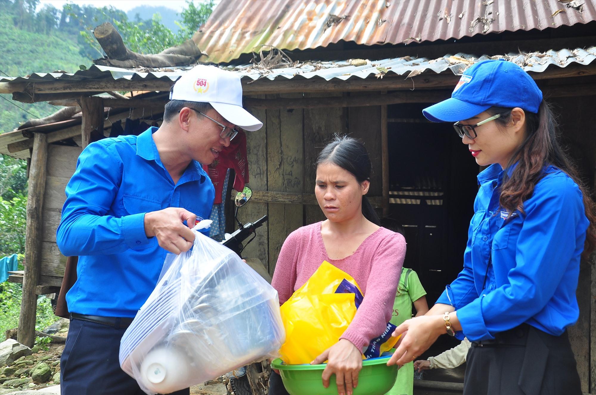 Trước đó, Phó Bí thư Thường trực Tỉnh đoàn Nguyễn Xuân Đức cùng đại diện Huyện đoàn Nam Trà My đã đến thăm hỏi, trao các phần quà gồm chăn mền, nhu yếu phầm, vật dụng gia đình và tặng bữa cơm cho các hộ dân ở xã Trà Dơn. Ảnh: VINH ANH