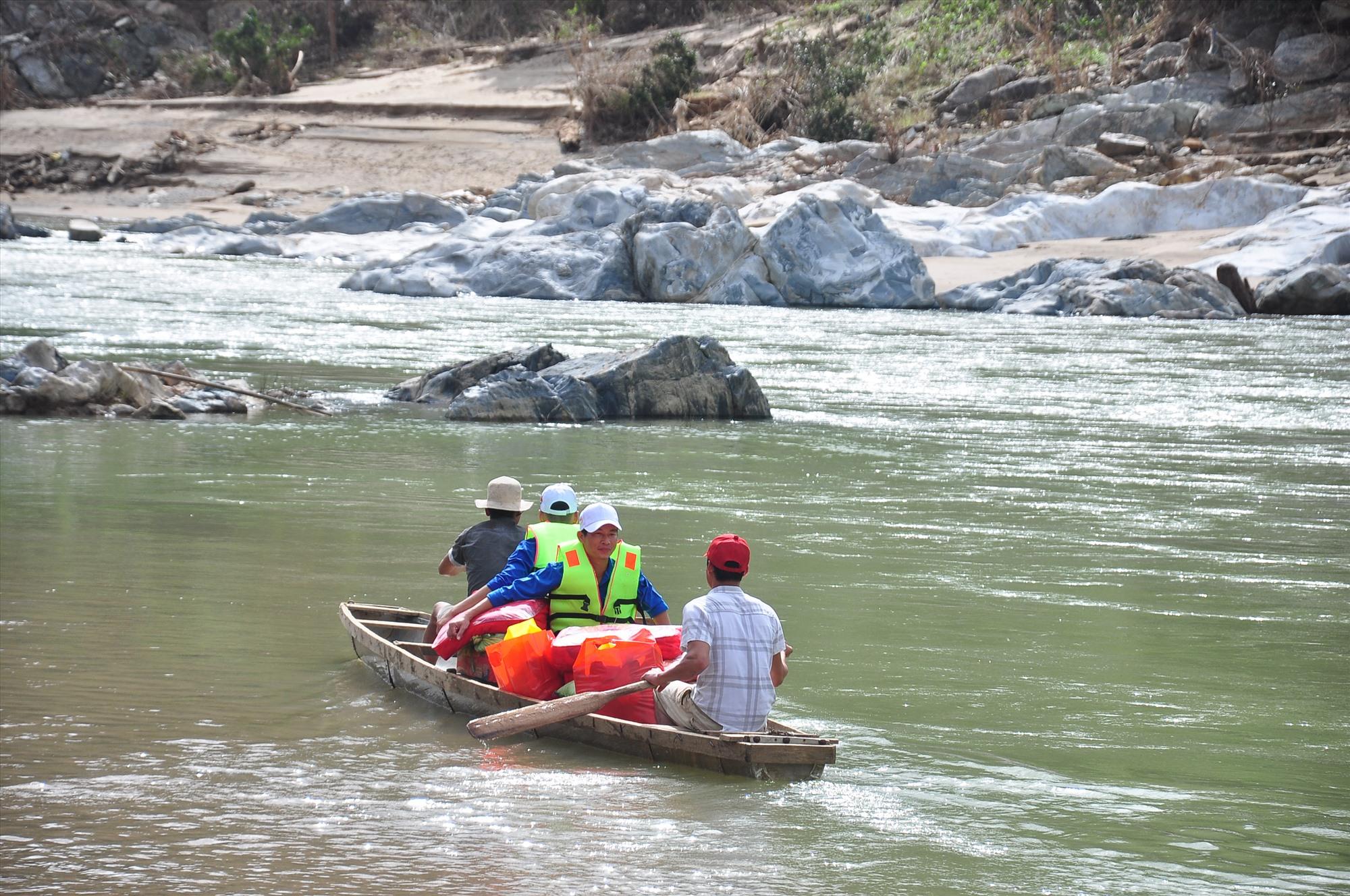 Để vượt sông Tranh đòi hỏi những người chèo đò phải có kinh nghiệm, am hiểm dòng chảy. Ảnh: VINH ANH