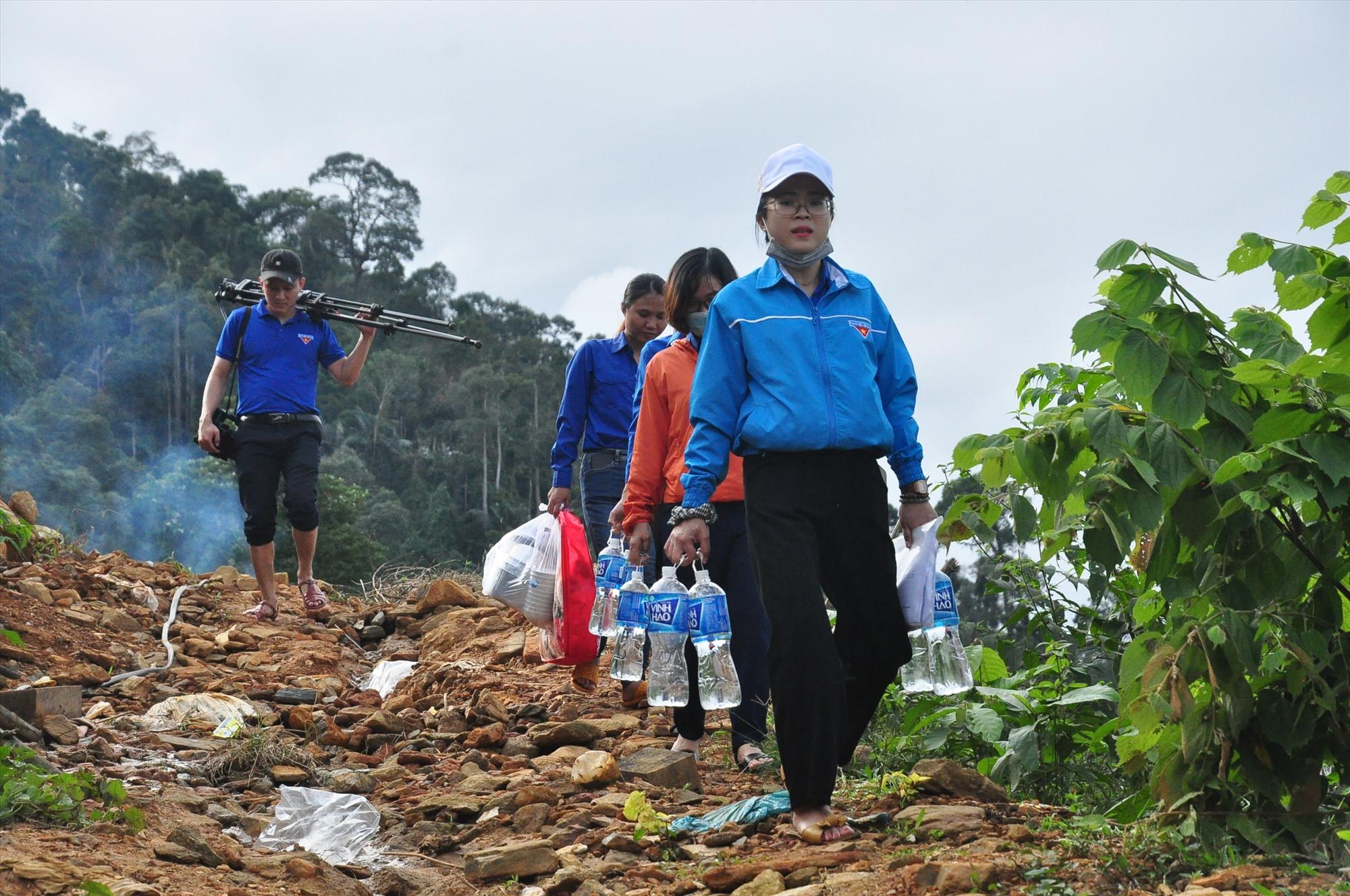 Sau một buồi chiều đầy cố gắng, đoàn tình nguyện đã hoàn thành khối lượng công việc sửa chữa nhà cho các hộ dân làng Tắk Rối để ra về. Ảnh: VINH ANH