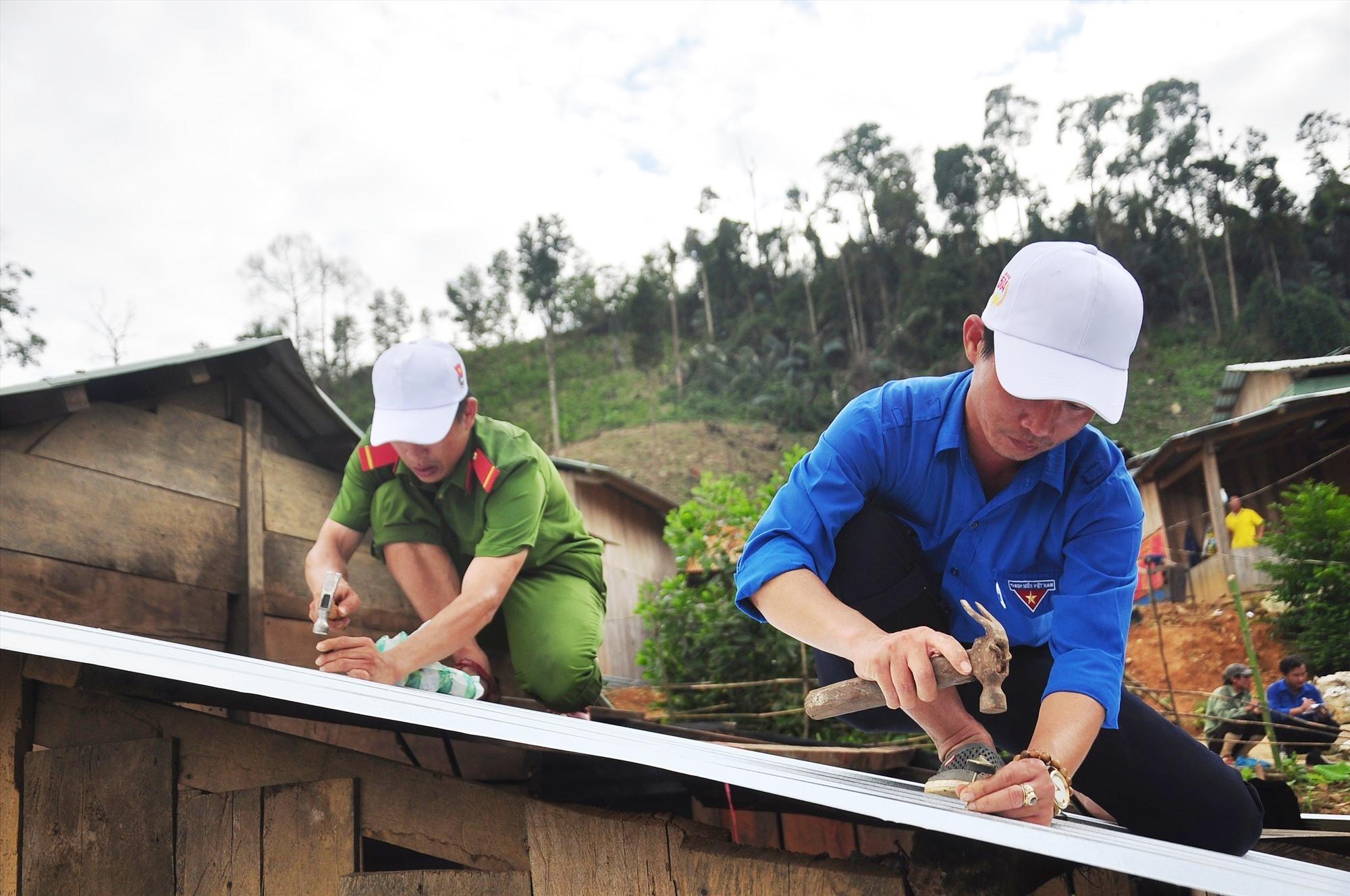 Tham gia hoạt động sửa chữa nhà có đoàn viên thanh niên Trường Cao đẳng Kinh tế - kỹ thuật Quảng Nam và Công an tỉnh. Ảnh: VINH ANH