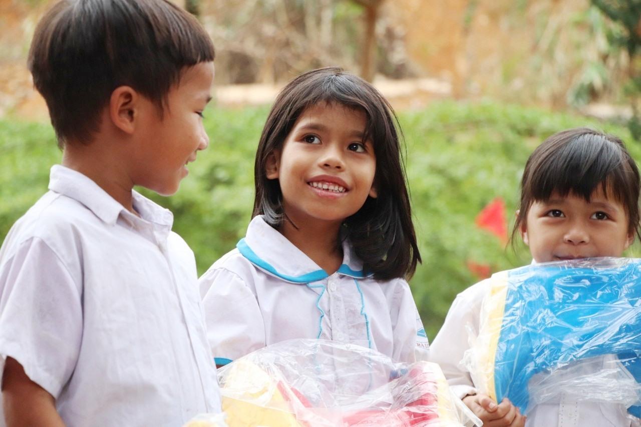 Những đôi mắt ngây thơ, nụ cười hạnh phúc của các em học sinh khi được nhận món quà yêu thích.