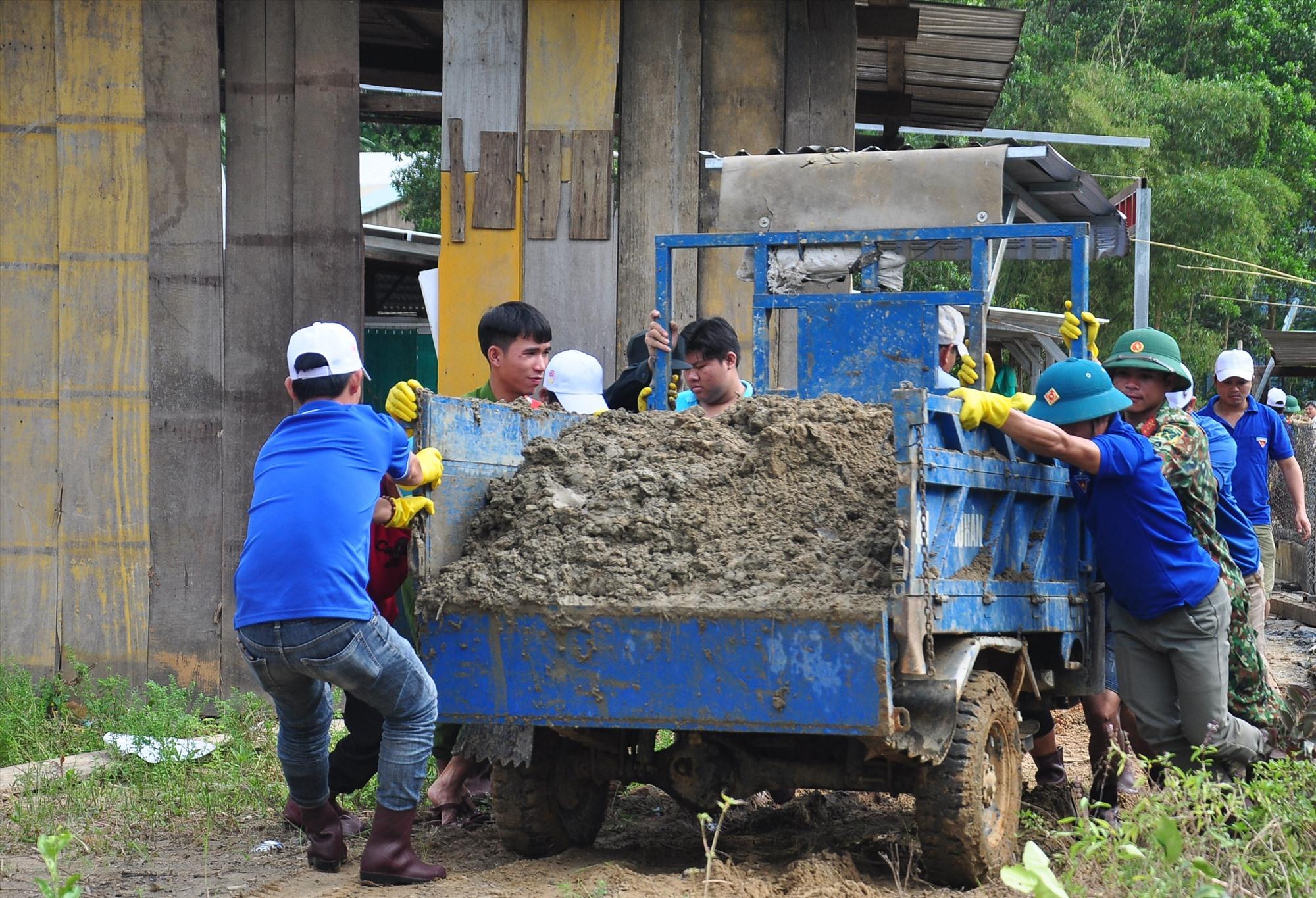 Giúp thầy trò ở Trà Leng khắc phục hậu quả bão lũ
