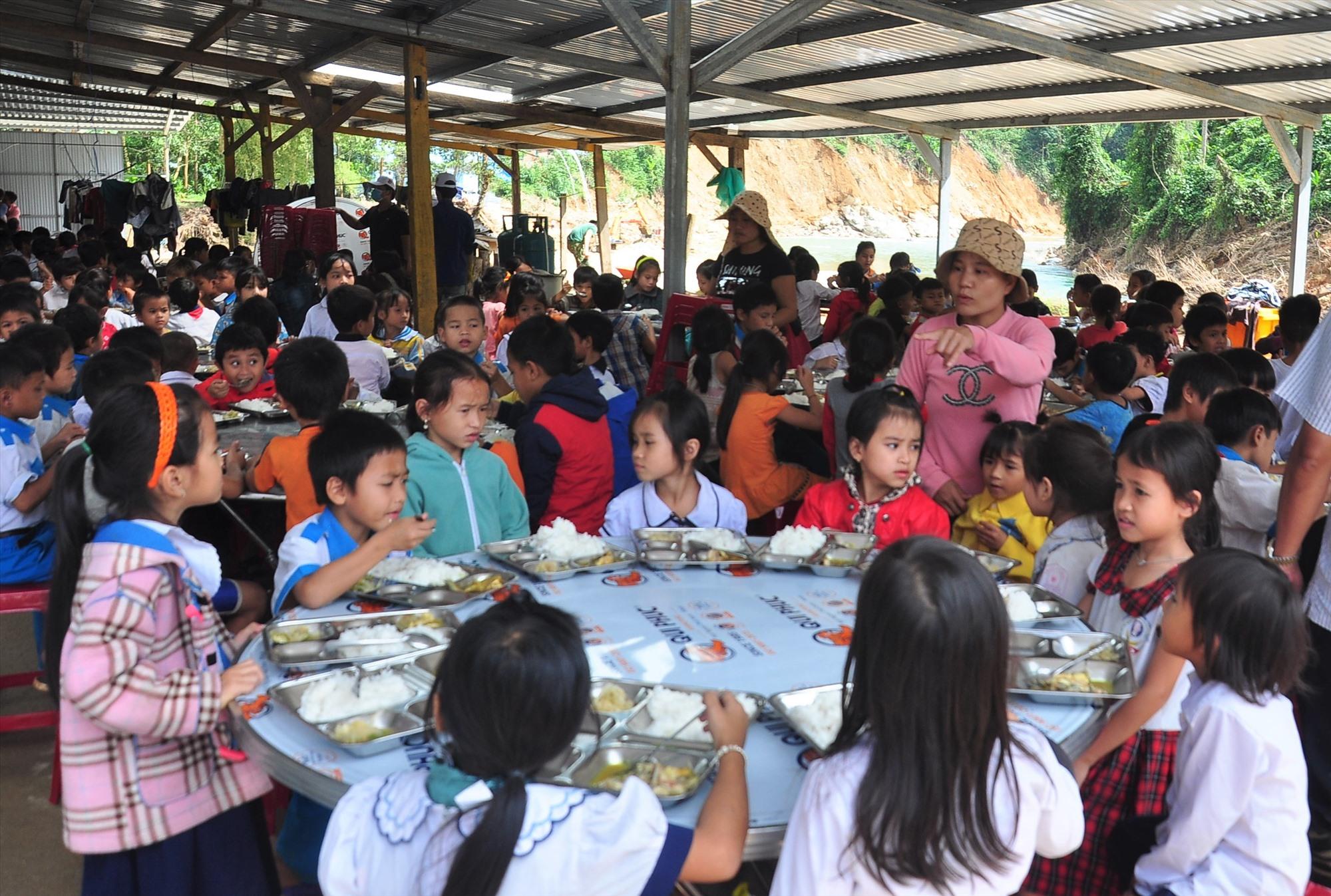 Ngoài dạy học, nhà trường đã cố gắng để duy trì học bán trú cho toàn bộ học sinh. Ảnh: VINH ANH