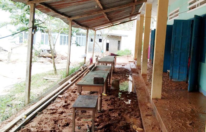 Bùn đất tràn vào dãy phòng cũ của Trường Tiểu học và THCS Phước Thành. Ảnh: T.N