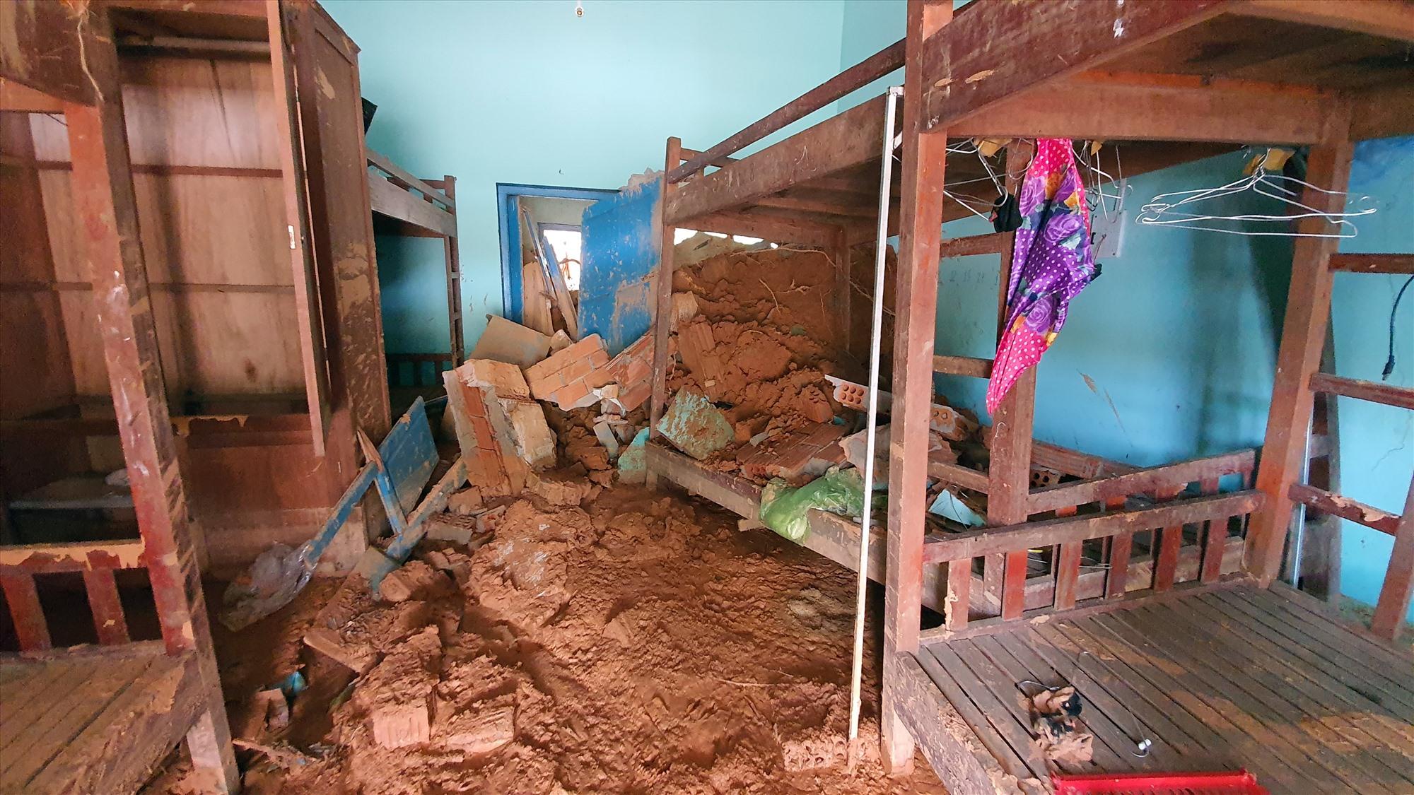 Bùn đất tràn vào dãy nhà ở của thầy cô Trường Tiểu học và THCS Phước Thành.