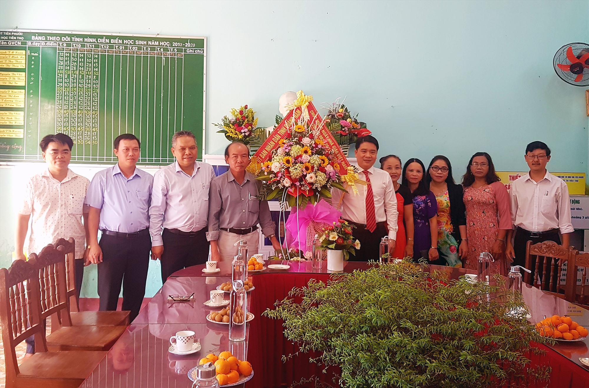 Lãnh đạo tỉnh tặng hoa chúc mừng cán bộ, tập thể Trường Tiểu học Tiên Thọ (huyện Tiên Phước). Ảnh: D.LỆ