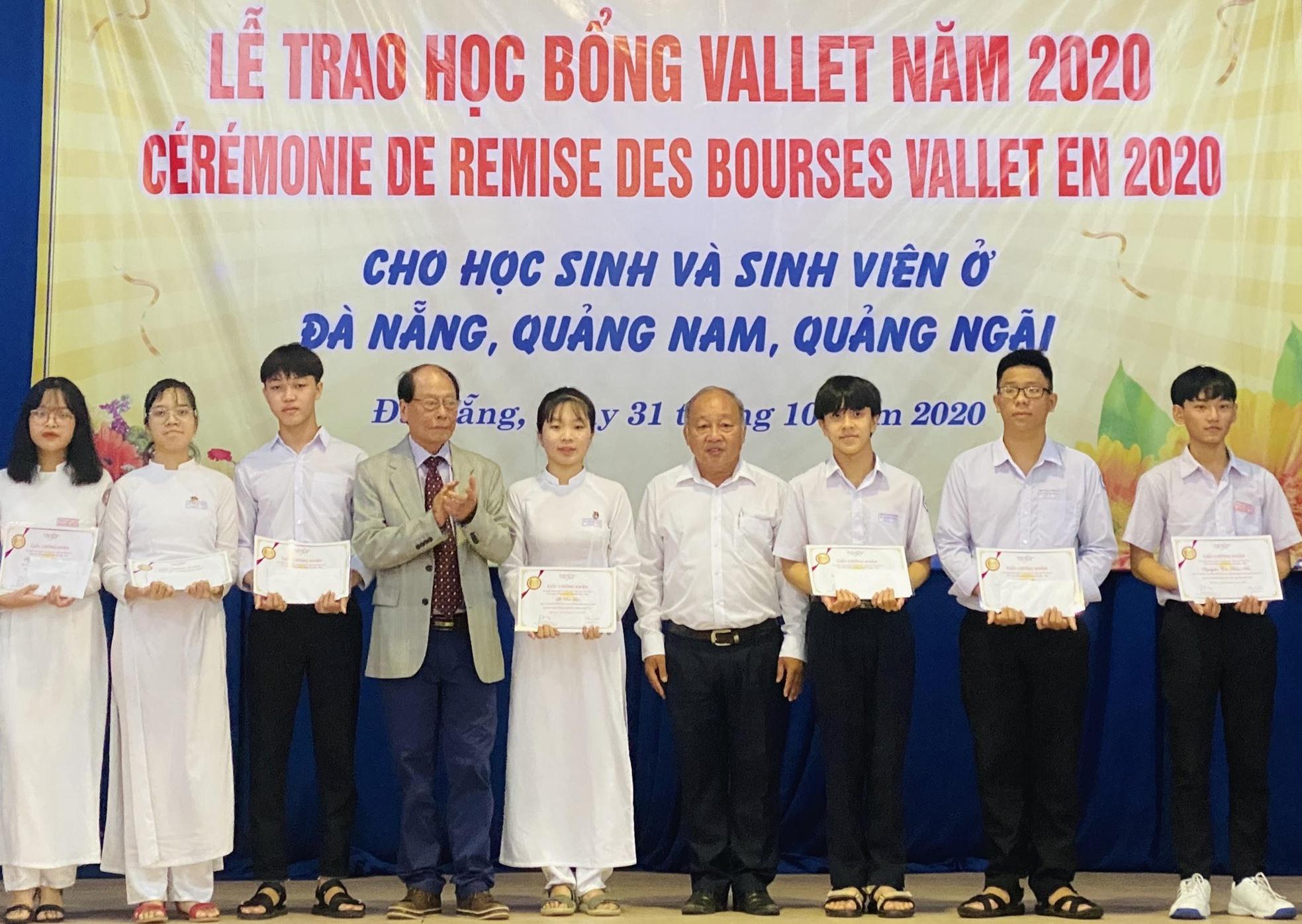 Học sinh THPT Quảng Nam nhận học bổng Vallet năm 2020. Ảnh:V.P.TRANG