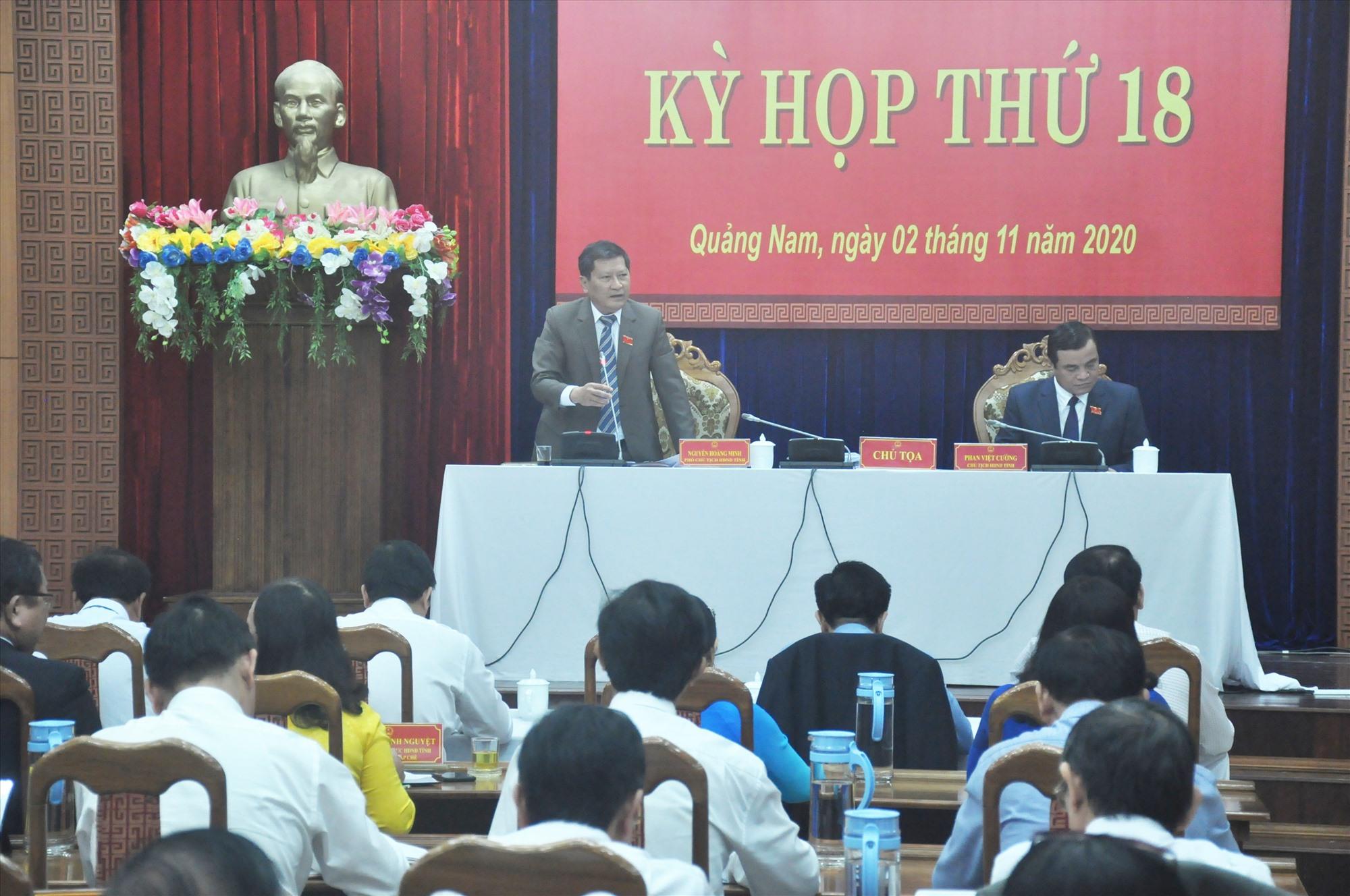 Chủ tọa điều hành thực hiện các nội dung theo chương trình Kỳ họp thứ 18. Ảnh: N.Đ