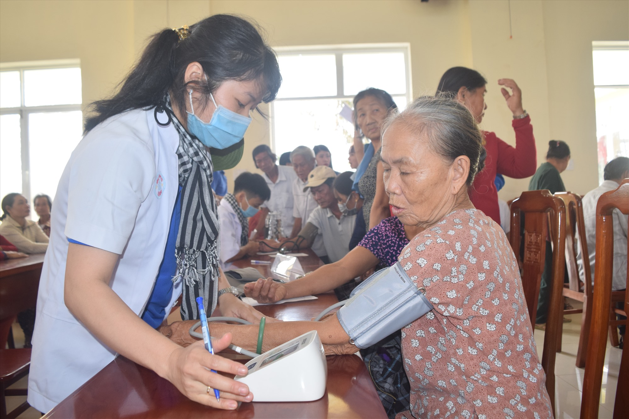 Thanh niên y khoa khám bệnh, cấp phát thuốc miễn phí cho người dân. Ảnh: THÁI CƯỜNG