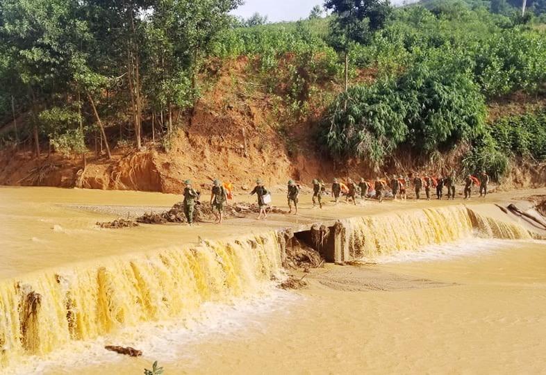 Nhiều lực lượng được tăng cường vào thôn 3 (thôn 6 cũ, xã Phước Lộc) để tìm kiếm nạn nhân còn mất tích. Ảnh: HUỲNH CHÍN