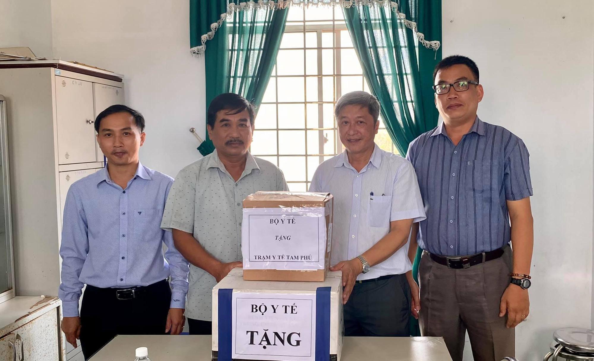 Thứ trưởng Nguyễn Trường Sơn tặng thiết bị y tế cho Quảng Nam. Ảnh: MOH