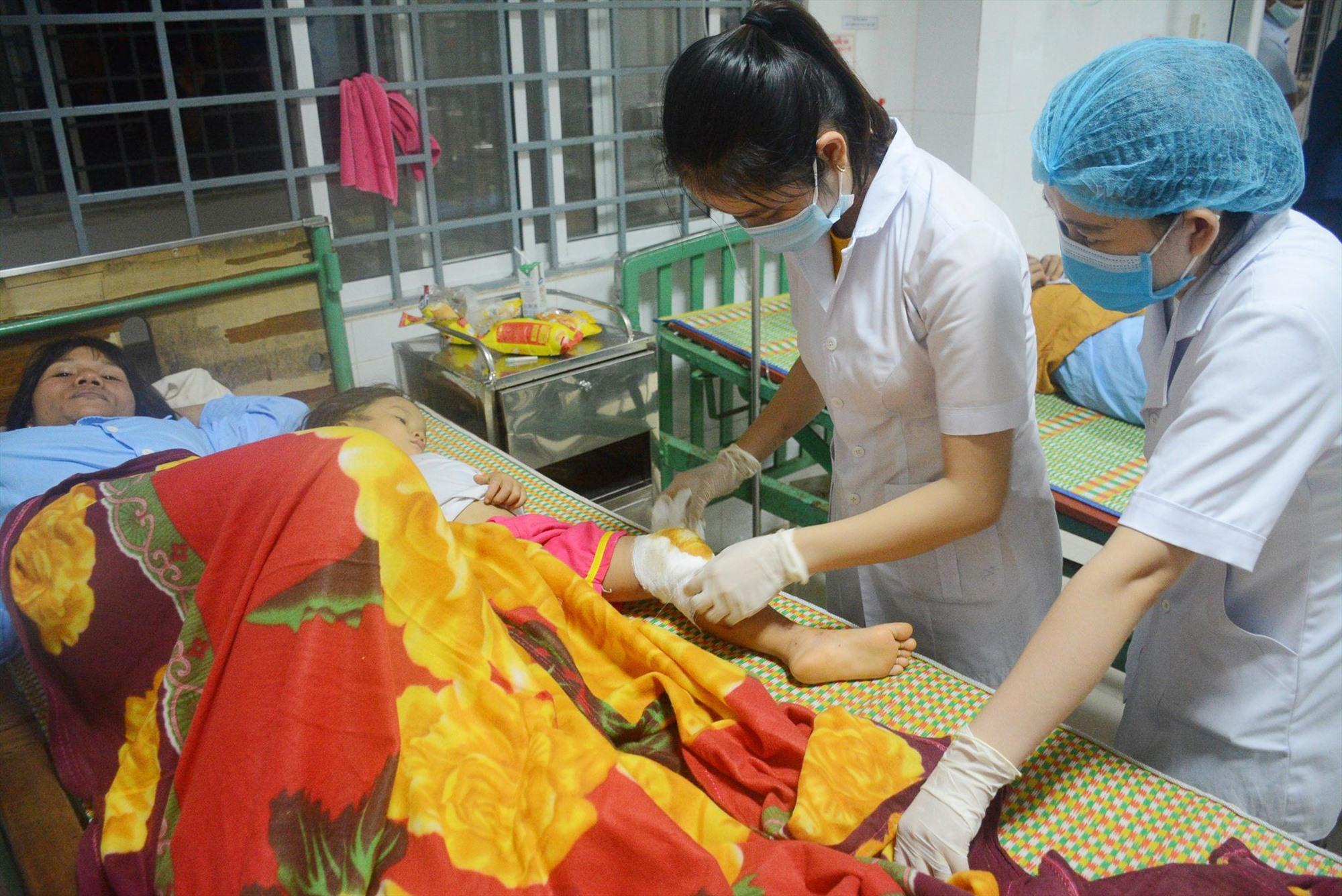 Nhân viên Trung tâm Y tế Bắc Trà My sơ cấp cứu ban đầu và chăm sóc các nạn nhân trong vụ sạt lở tại Trà Leng. Ảnh: C.Đ