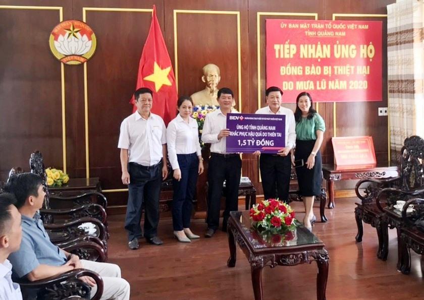 Đại diện Ngân hàng TMCP Đầu tư và phát triển Việt Nam trao số tiền 1,5 tỷ đồng cho đại diện MTTQ Việt Nam tỉnh Quảng Nam.