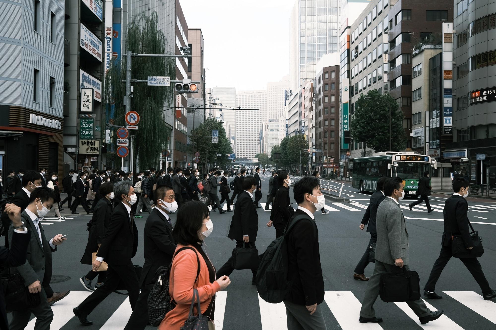 Người dân Nhật Bản đeo khẩu trang khi ra ngoài để phòng Covid-19. Ảnh: Reuters