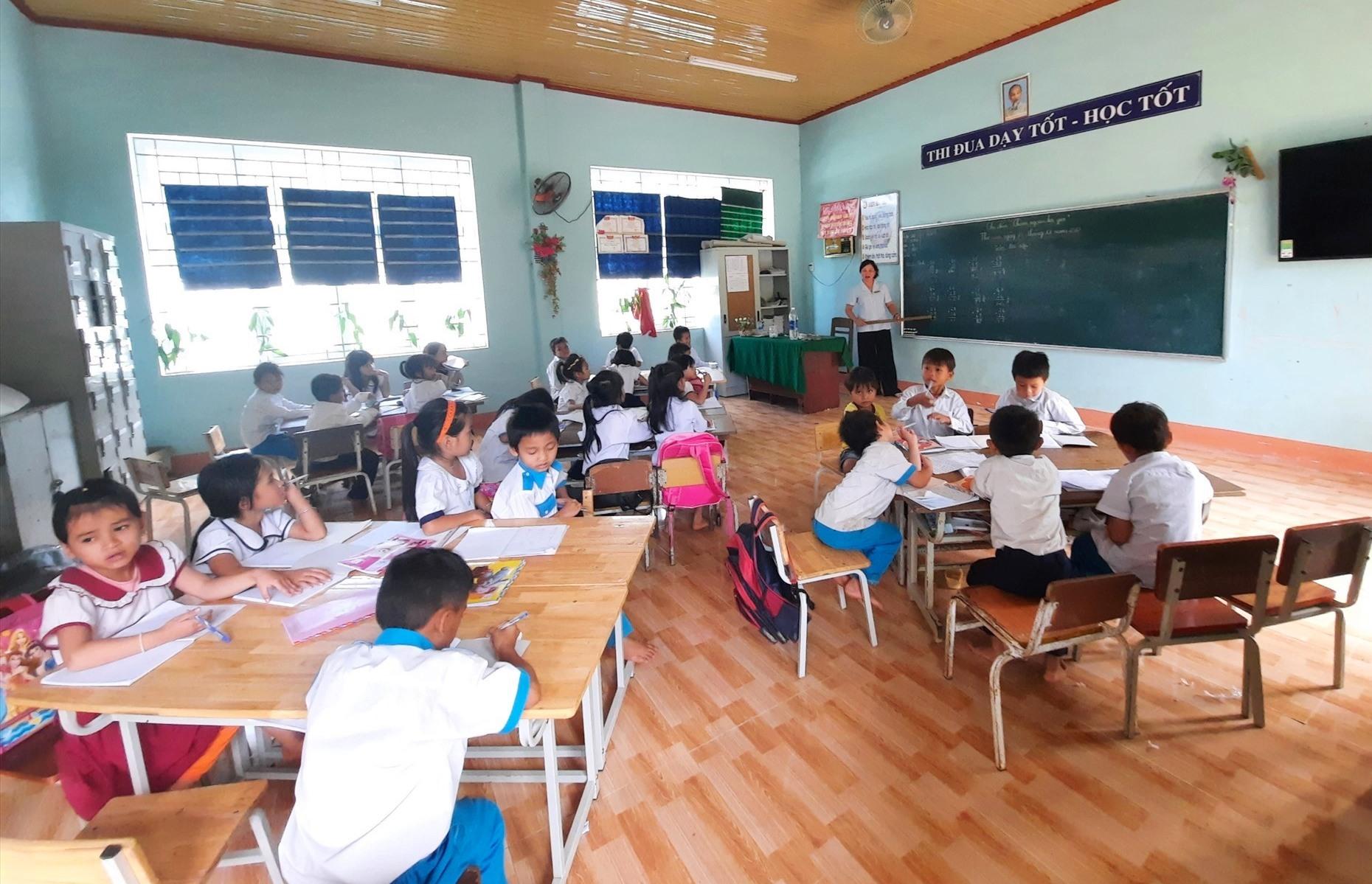 Sau khi gia đình ổn định nhà cửa, nhiều trẻ em ở Tăk Pát đã an tâm đến trường. Ảnh: HỒ QUÂN