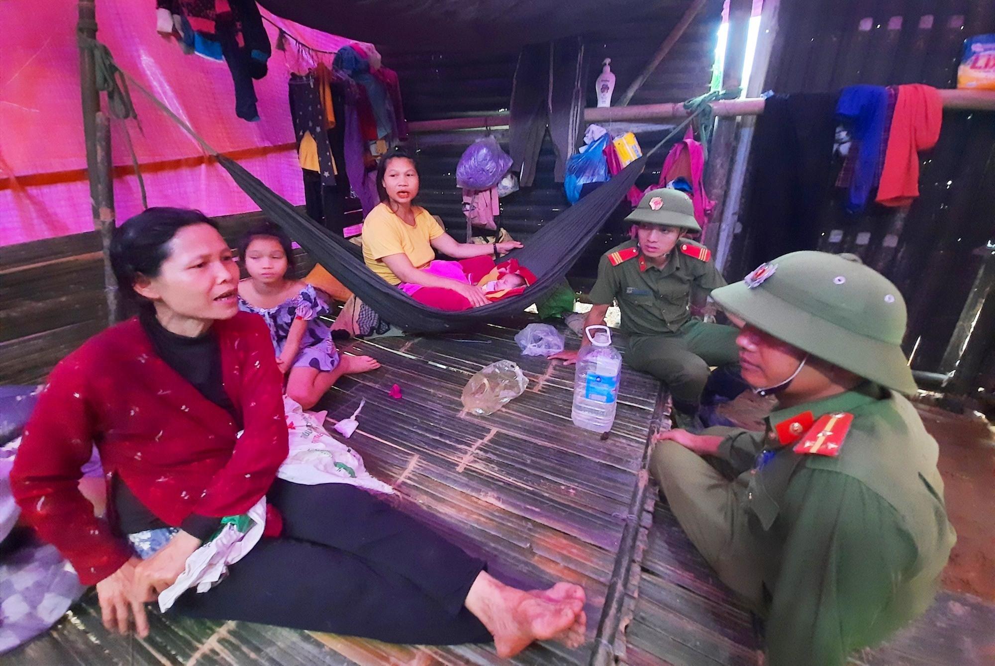 Bà Hồ Thị Lan (áo đỏ) vui mừng vì có nhà tạm, tránh trú qua mùa mưa bão. Ảnh: HỒ QUÂN