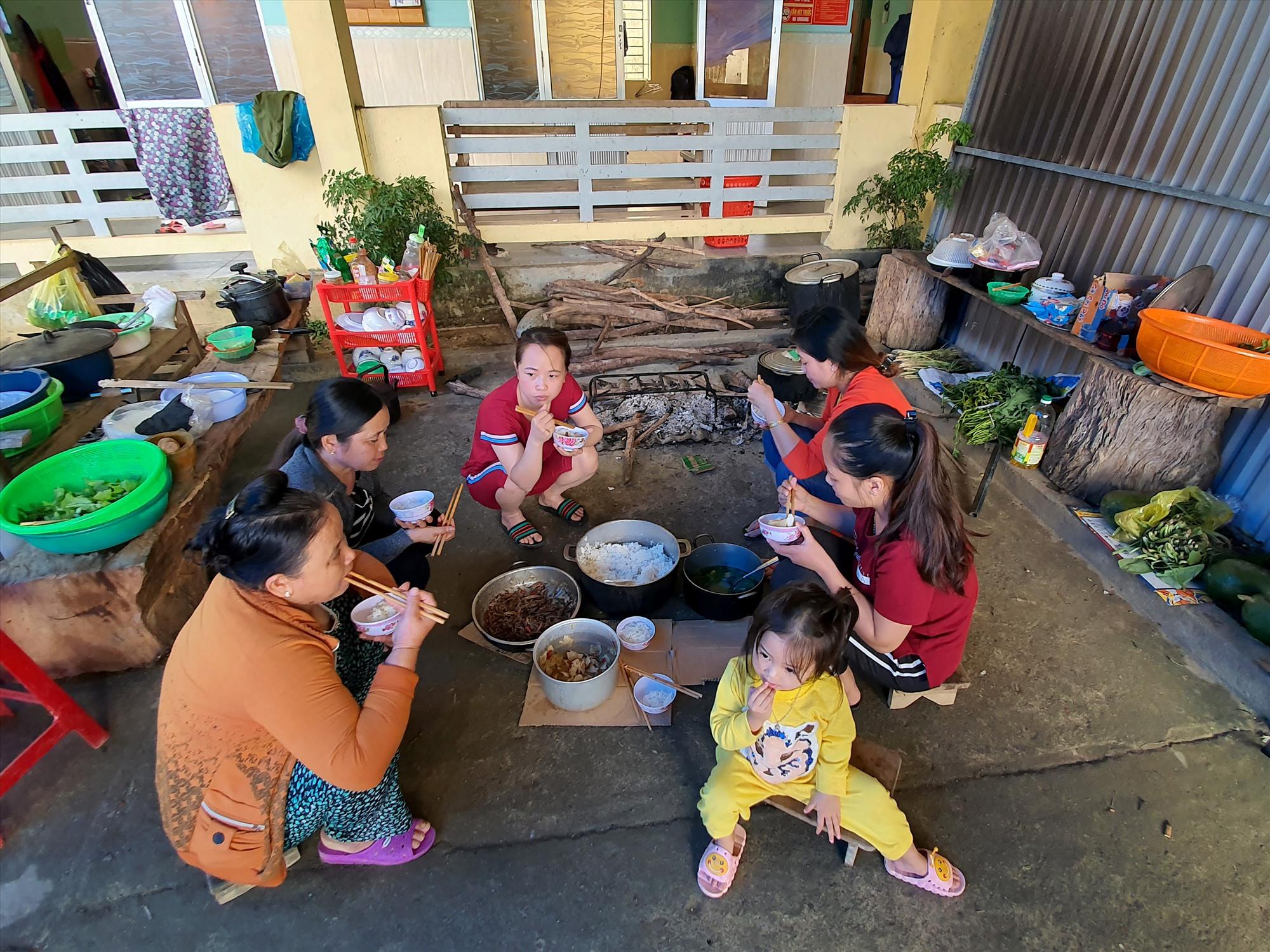 Bữa cơm trưa của những người phụ nữ ở trạm y tế xã Phước Thành. Chồng con của họ đã đi nhận hàng cứu trợ. Ảnh: T.C