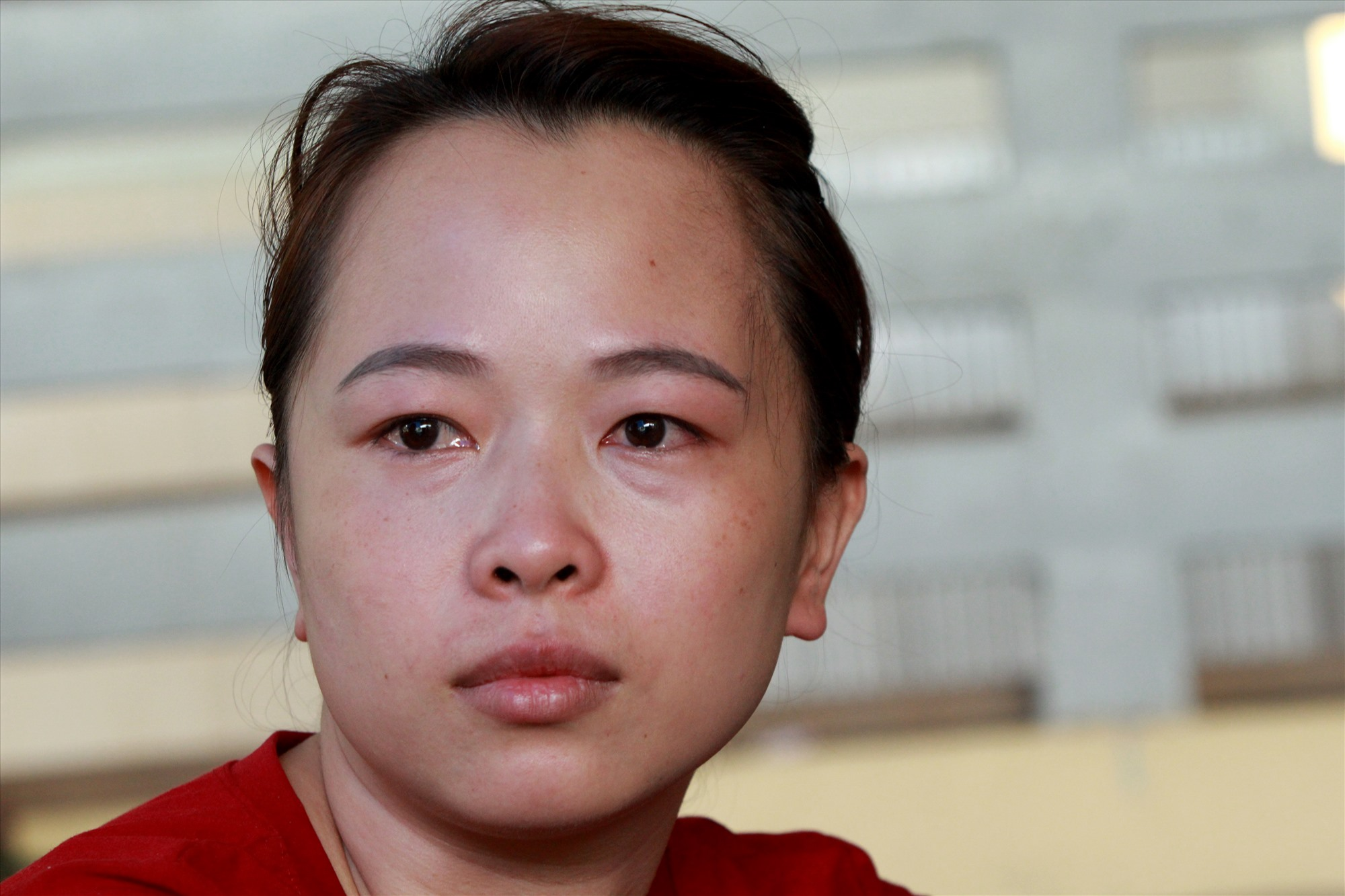 Chị Mai Ly rưng rưng nước mắt, nỗi ám ảnh quá lớn chưa thể xóa nhòa sau trận lũ quét. Ảnh: T.C