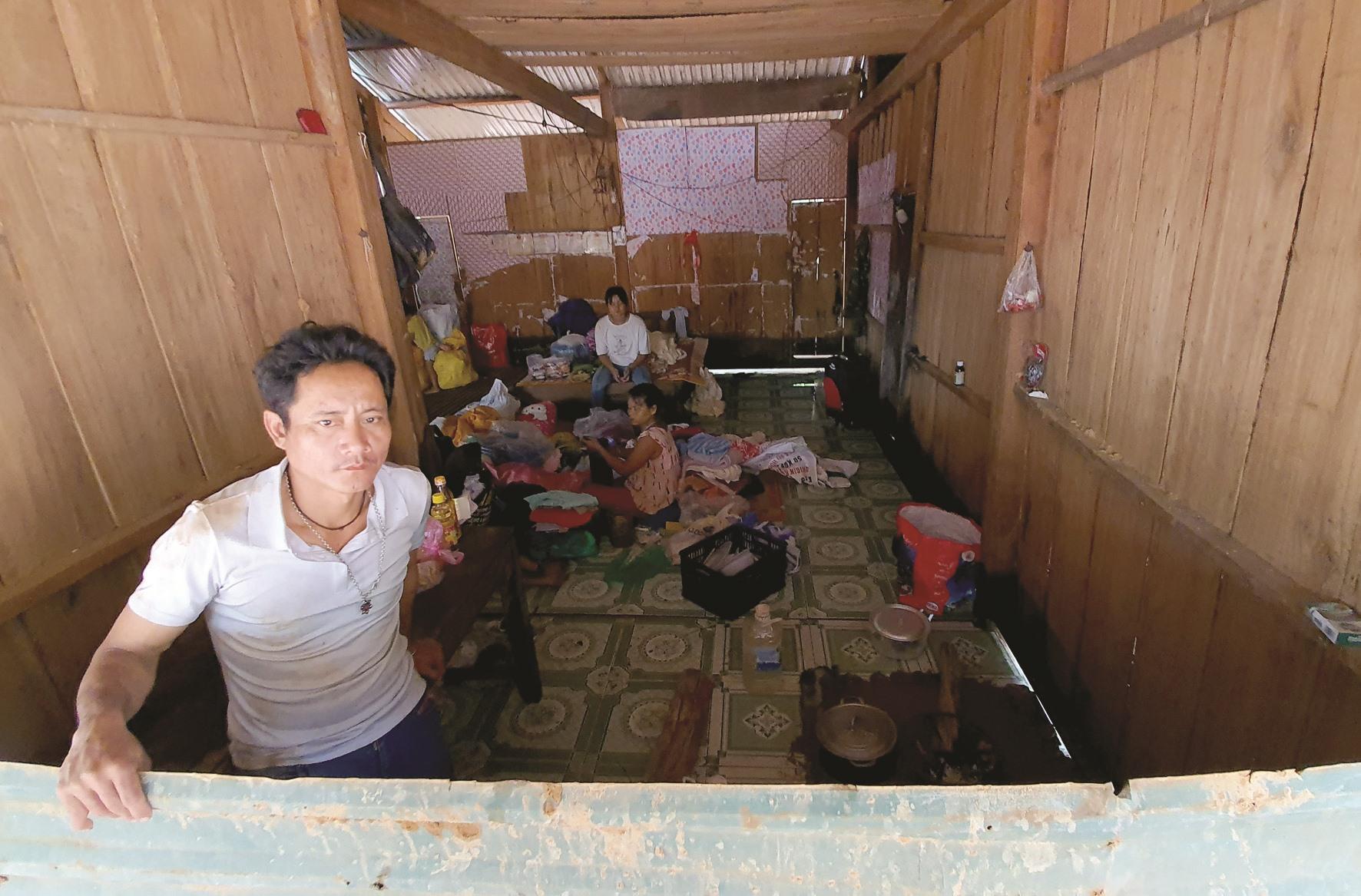 Cùng 10 người dọn dẹp suốt 3 ngày, nhưng ông Hồ Văn Diên chỉ mới dọn được đống bùn trong căn nhà chính làm chỗ ngủ, chỗ nấu ăn cho cả gia đình. Nhà bếp, phòng ngủ vẫn lấp đầy bùn.