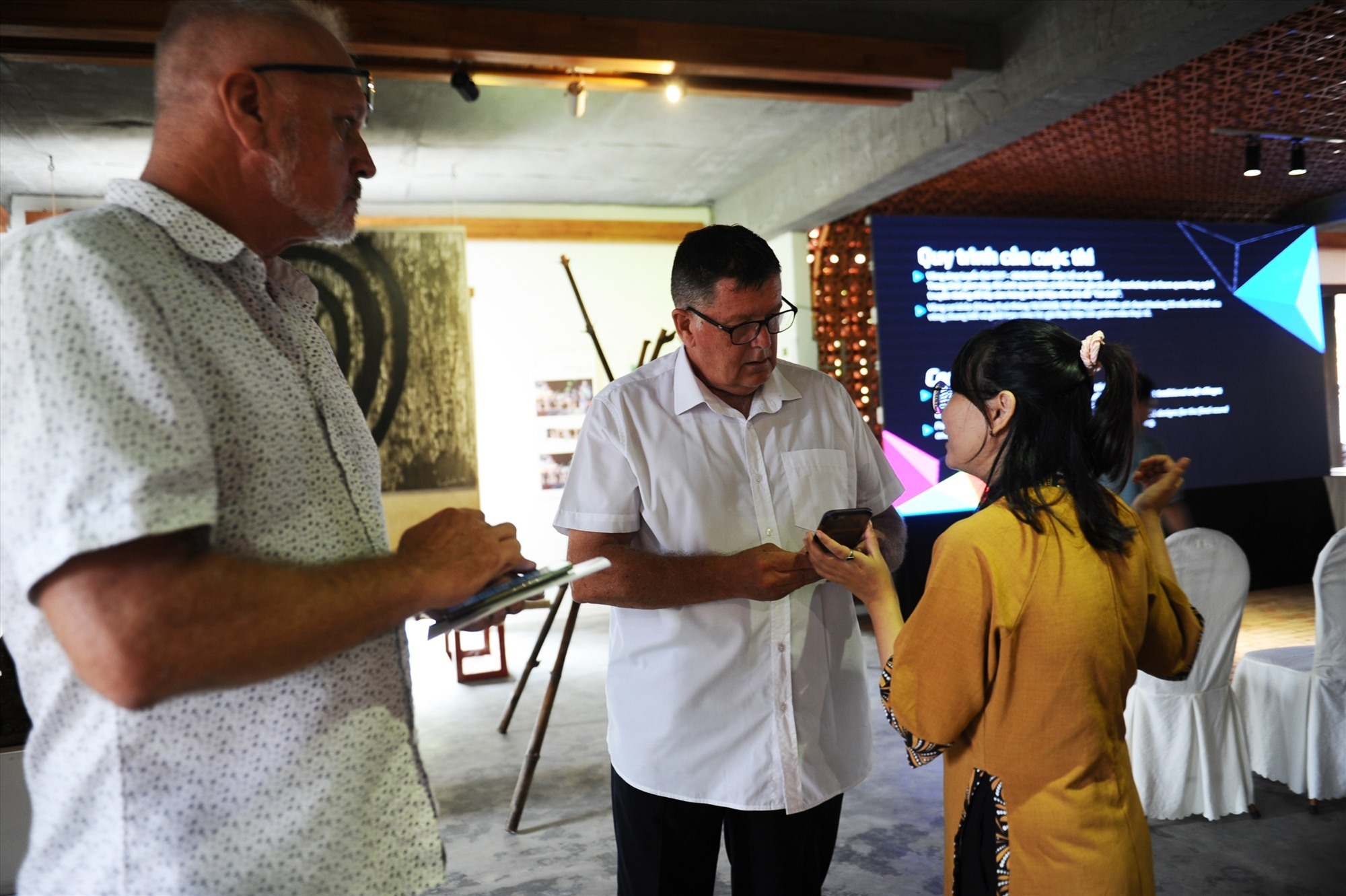 Foreigners learn about Thanh Ha pottery