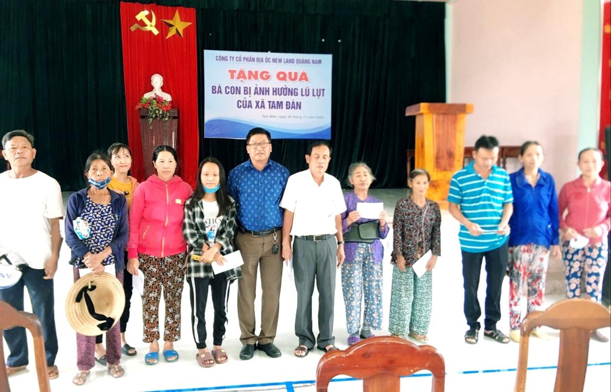 Bà con Phú Ninh nhận quà hỗ trợ từ đơn vị thiện nguyện. Ảnh: P.V
