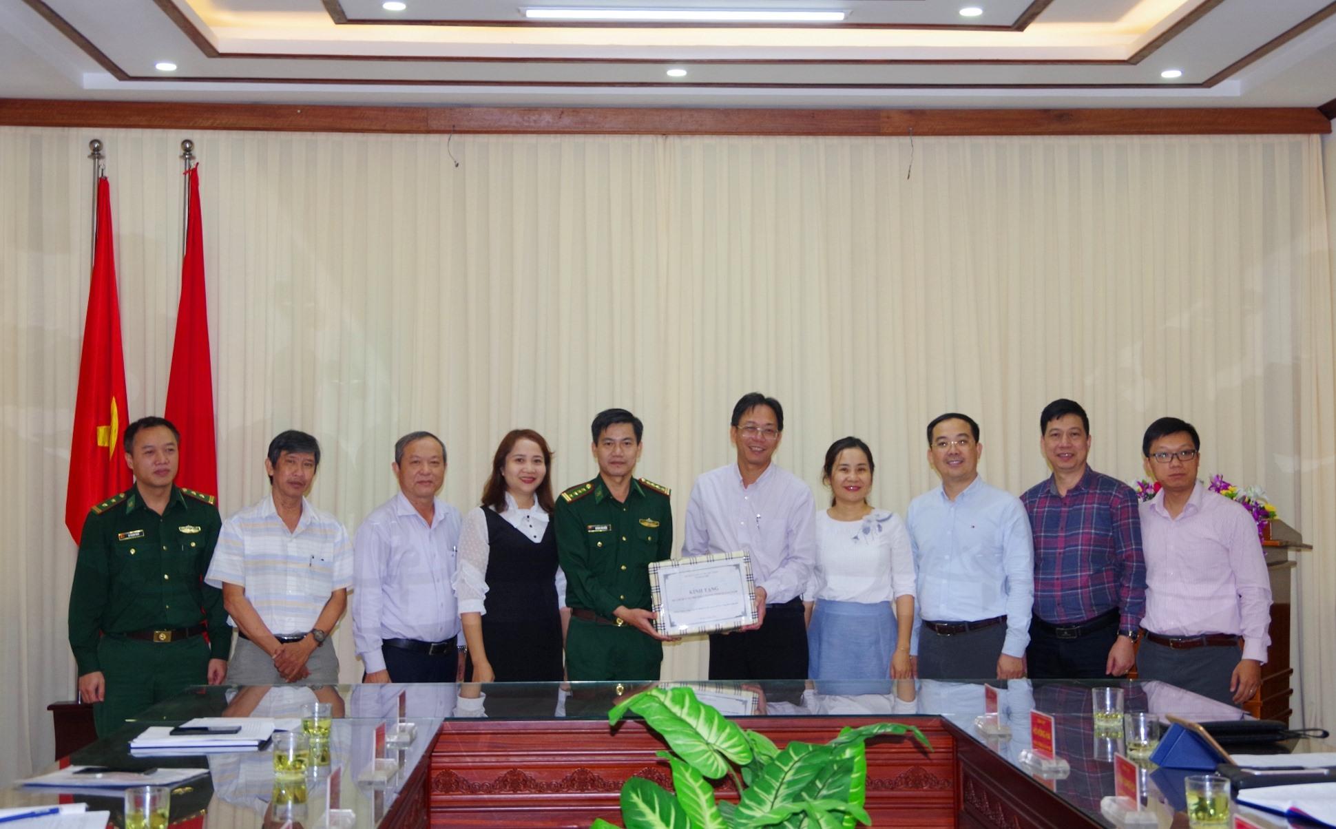 Bộ Thông tin và Truyền thông tặng xuất bản phẩm, CD, tờ gấp tuyên truyền pháp luật cho BĐBP tỉnh và các xã có đường biên giới giáp Lào của tỉnh Quảng Nam.