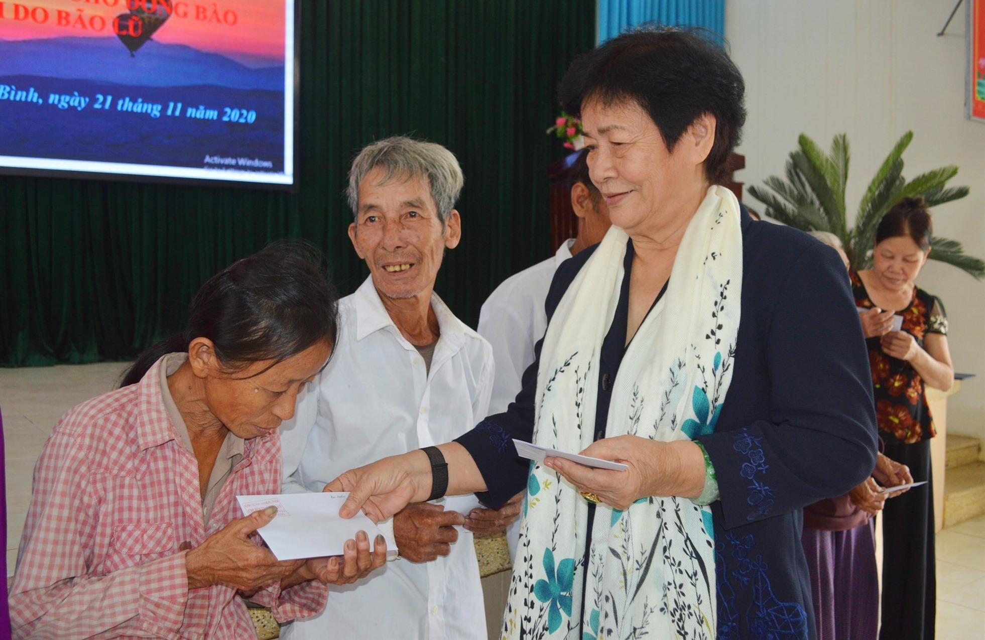 Bà Lê Thị Vân trao quà hỗ trợ cho người dân huyện Thăng Bình