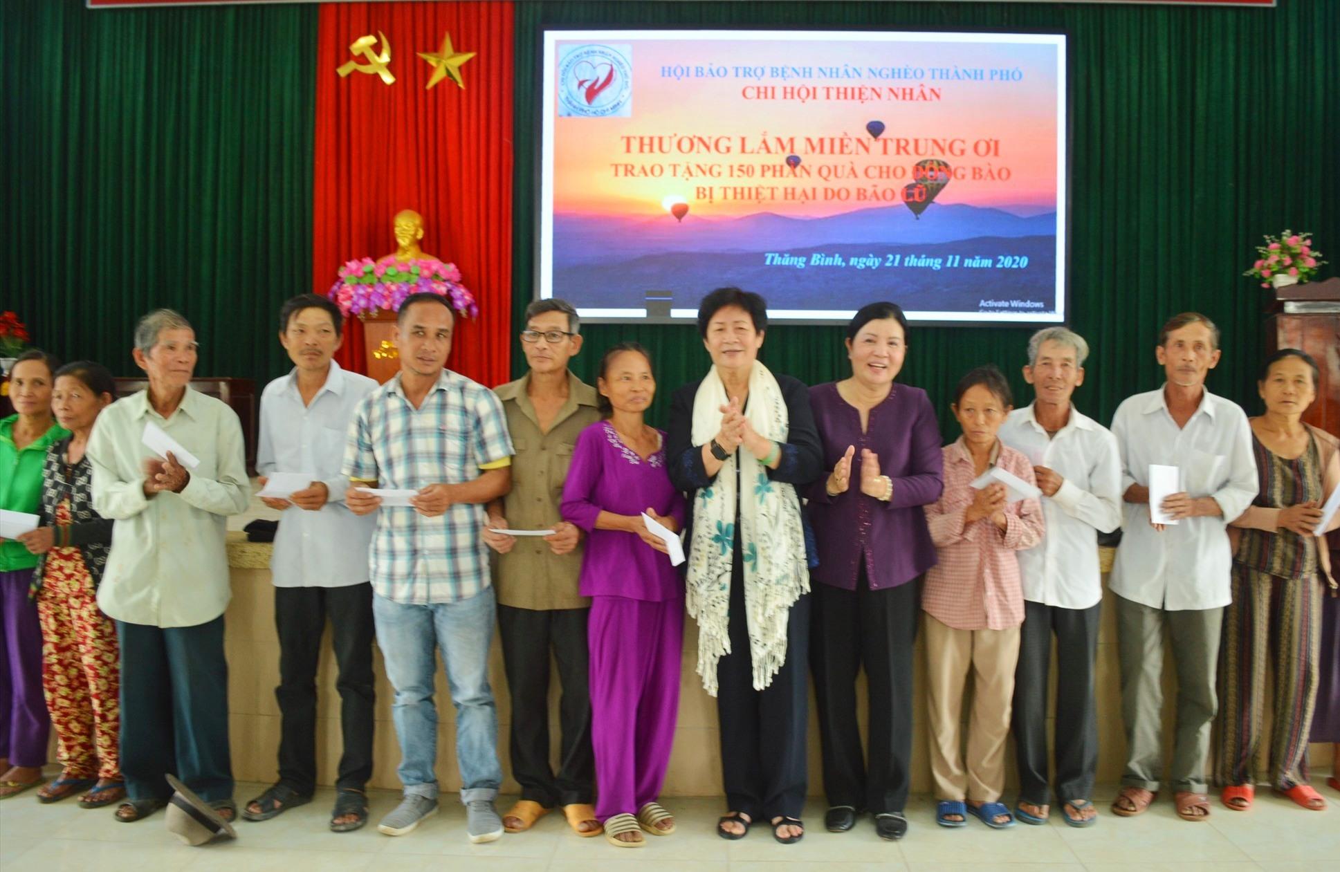 Đoàn từ thiện đã tiến hành trao 230 suất quà và tiền mặt cho người dân Thăng Bình và Duy Xuyên trị giá gần 500 triệu đồng