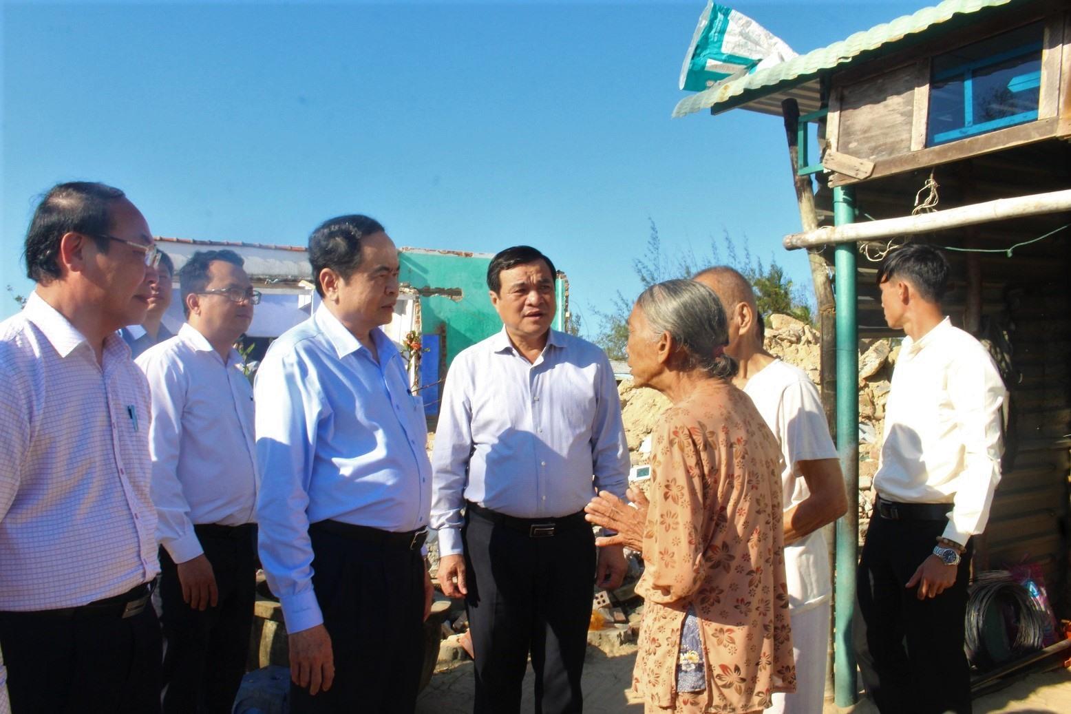Đoàn công tác của Ủy ban Trung ương MTTQ Việt Nam đến thăm gia đình ông Tăng Văn Cự (trú tổ 5, thôn Phương Tân, xã Bình Nam) bị hư hỏng nhà do bão lũ. Ảnh: VINH ANH