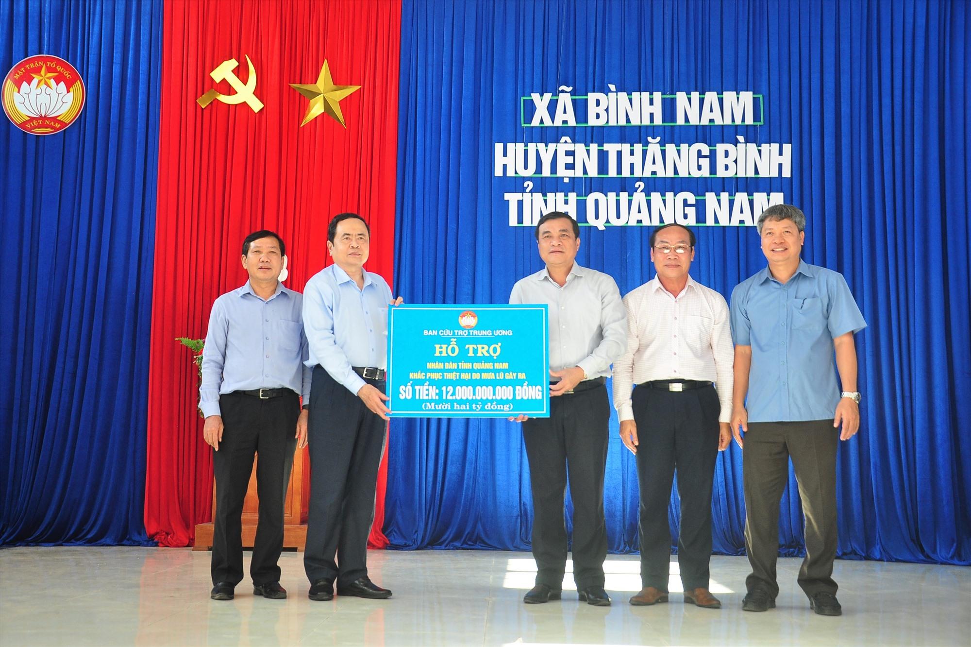 Bí thư Trung ương Đảng, Chủ tịch Ủy ban Trung ương MTTQ Việt Nam Trần Thanh Mẫn trao 12 tỷ đồng hỗ trợ Quảng Nam khắc phục hậu quả bão lũ. Ảnh: VINH ANH